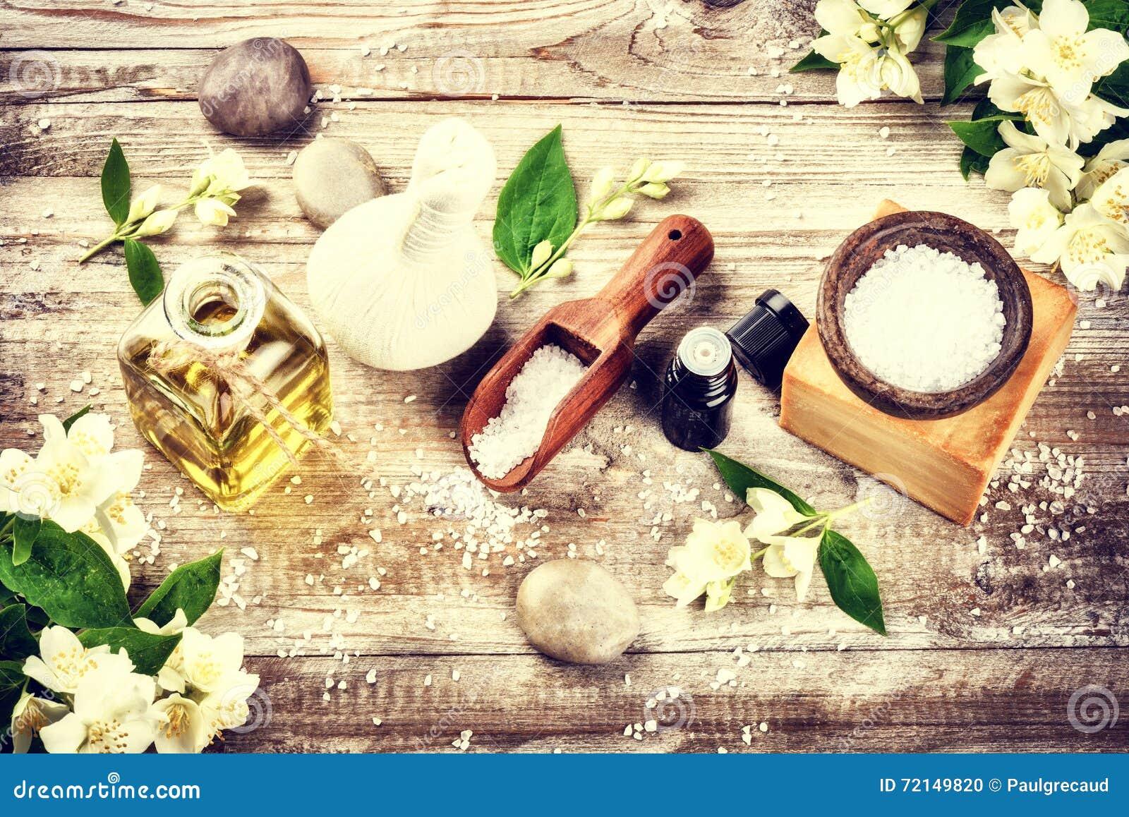 Ajuste del balneario con las flores del jazmín y el aceite esencial Estafa de la salud
