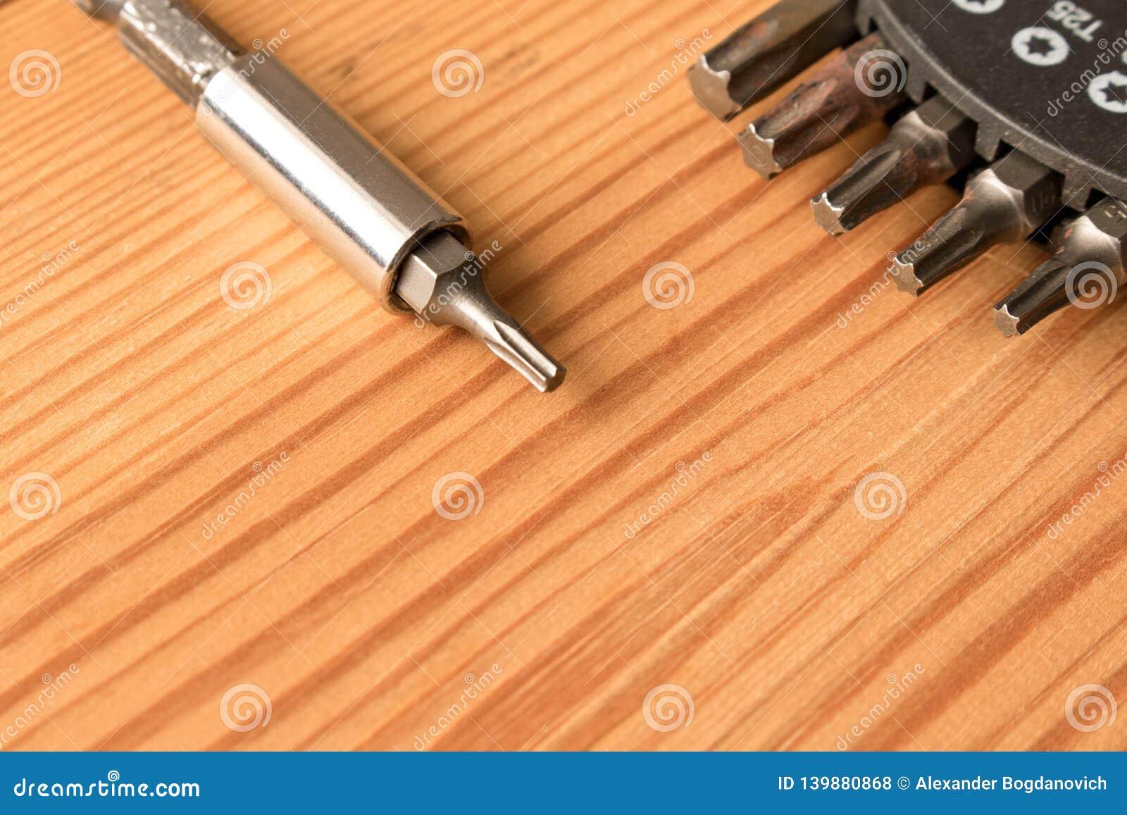 Ajuste dos bocados na tabela de madeira O conceito do trabalho Dia do Trabalhador