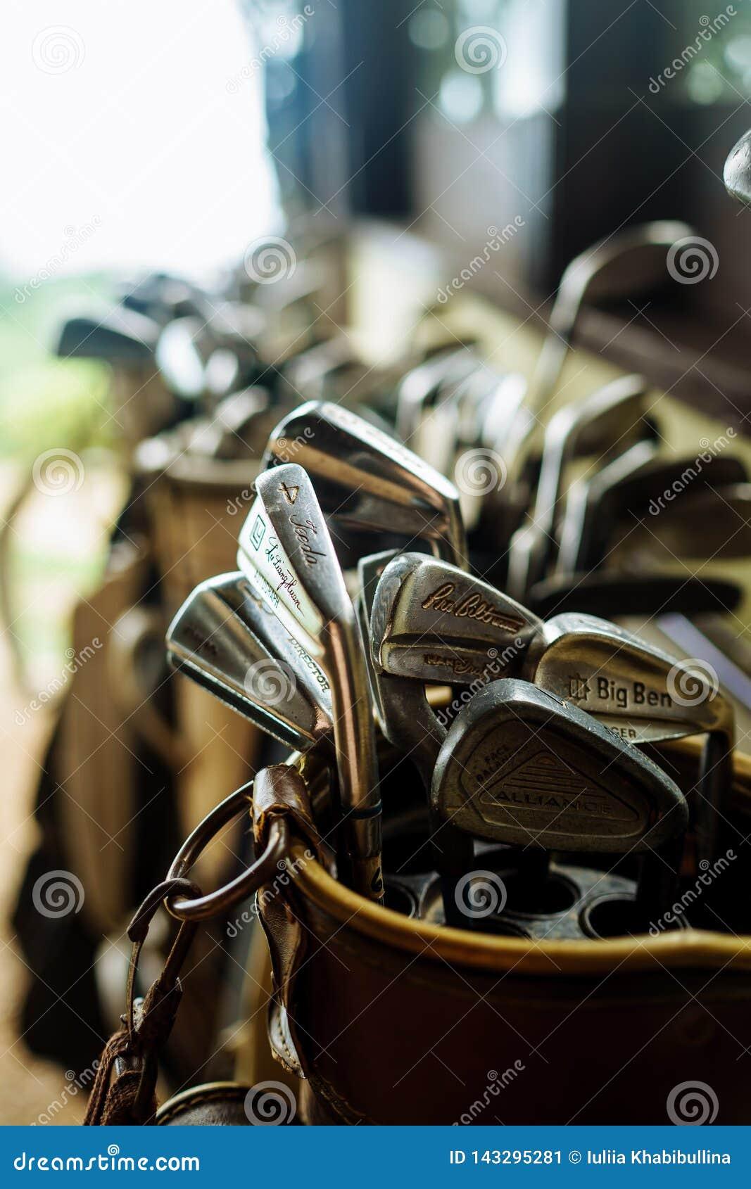 Ajuste dos clubes de golfe velhos do vintage no saco