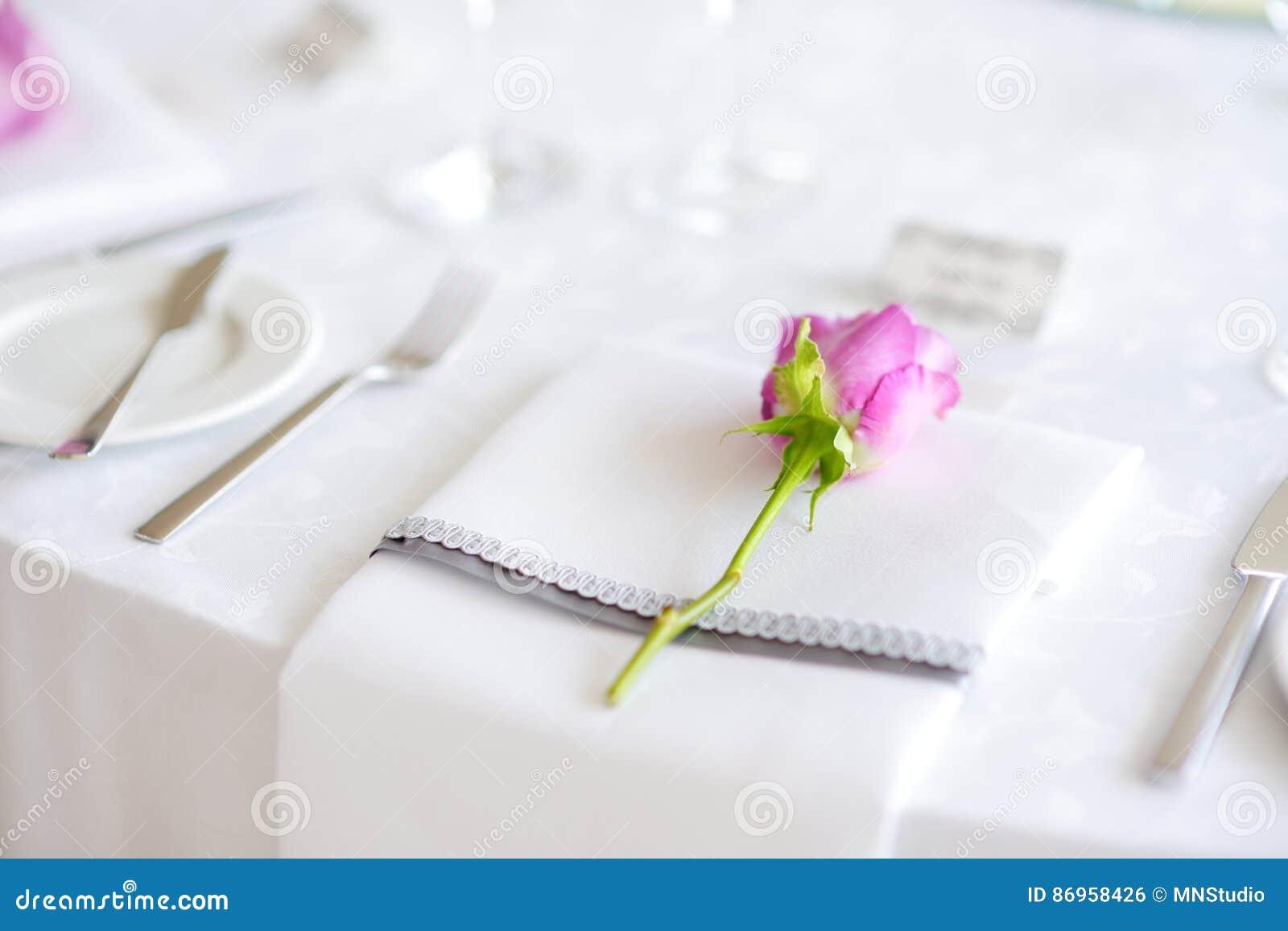 Ajuste hermoso de la tabla con loza y flores para el partido, la recepción nupcial o el otro evento festivo