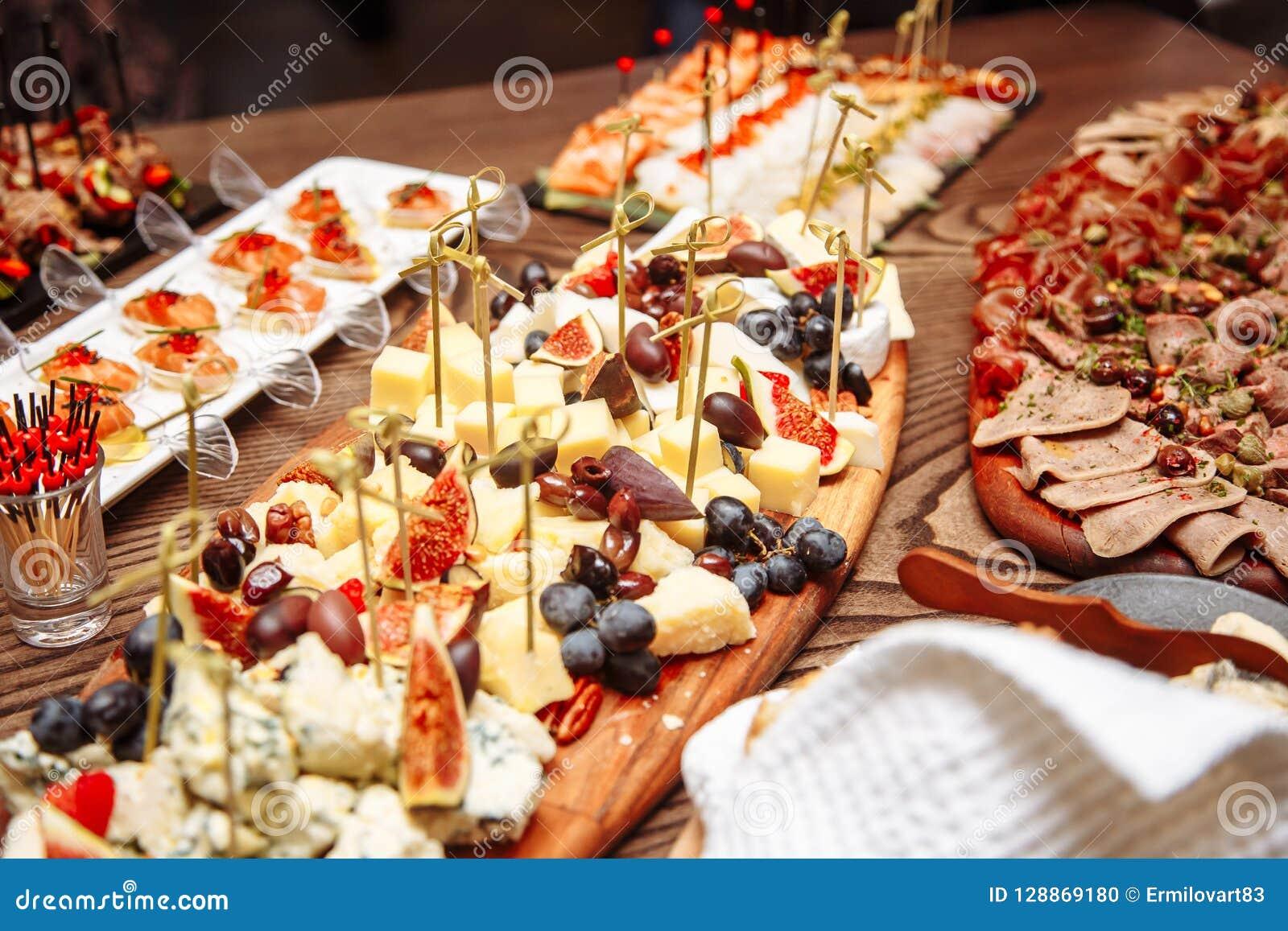 Ajuste luxuoso da tabela de banquete no restaurante Tabela com os petiscos