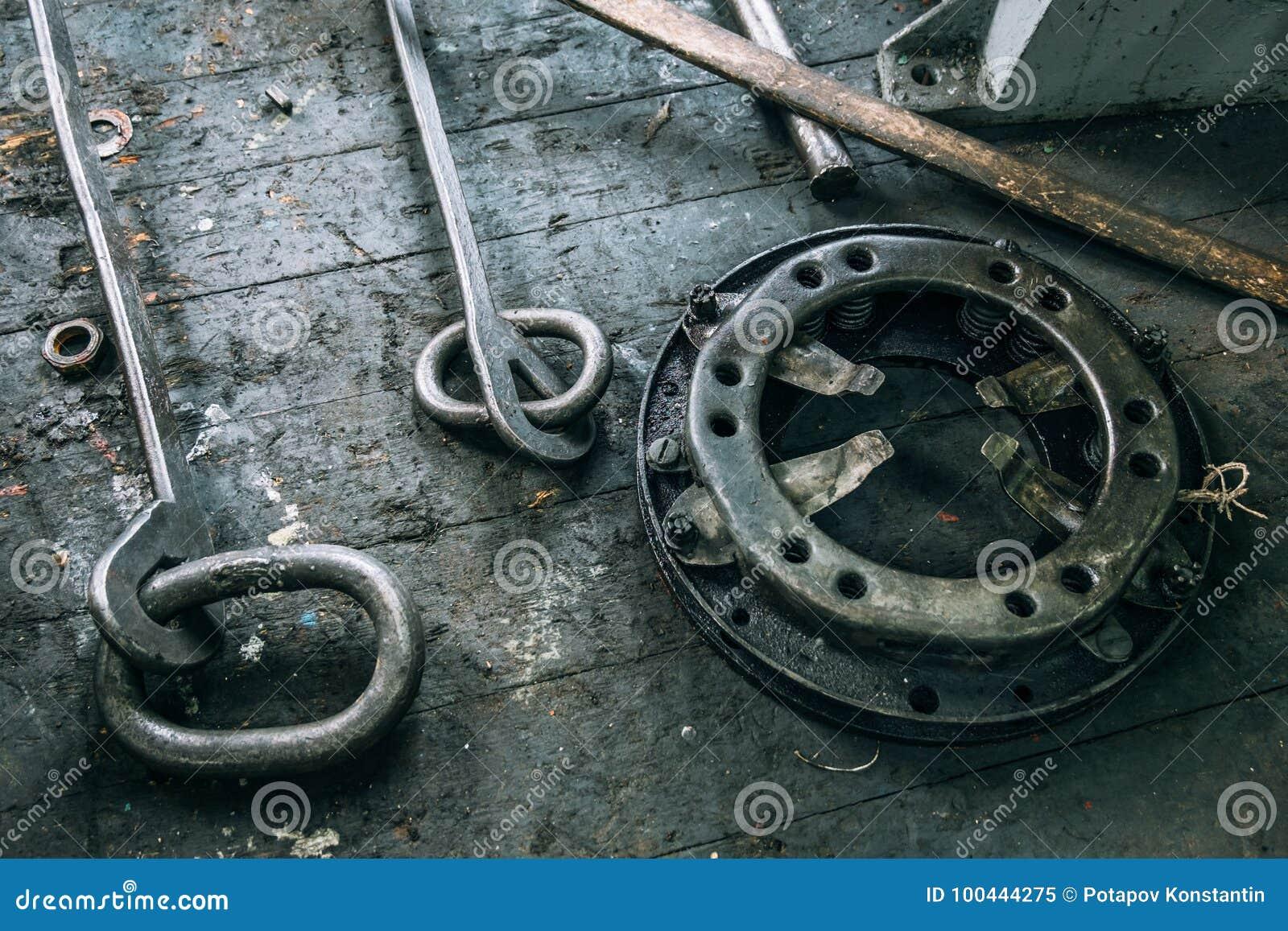Ajuste máquinas de trituração dos mandris no banco