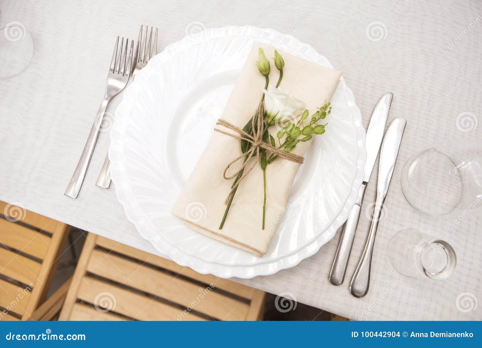 Ajuste rico simples mas luxuoso da tabela para uma celebração do casamento mim