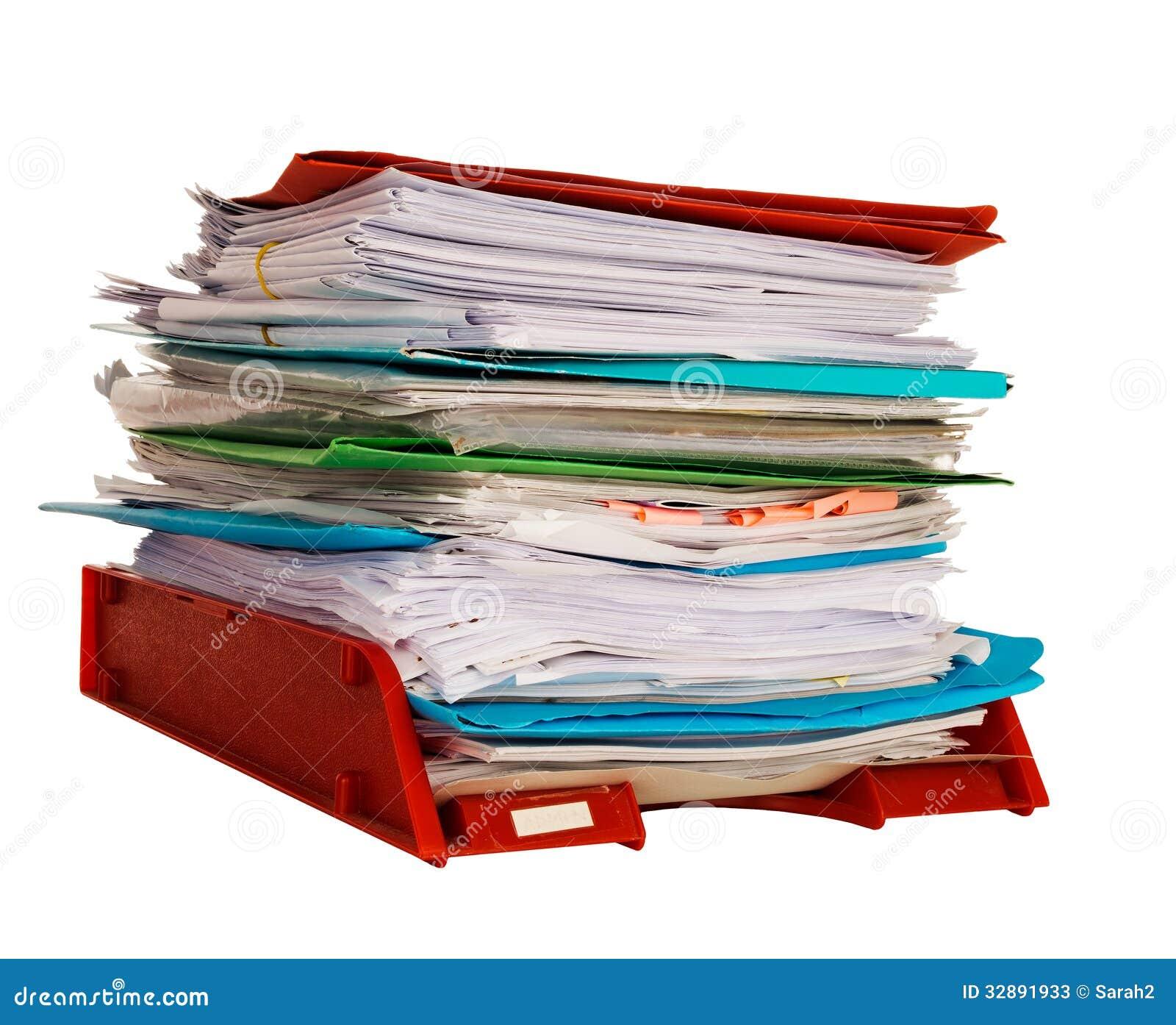 Aka δίσκων με εισερχόμενα διοίκησης γραφείων στο δίσκο που απομονώνεται πέρα από το λευκό