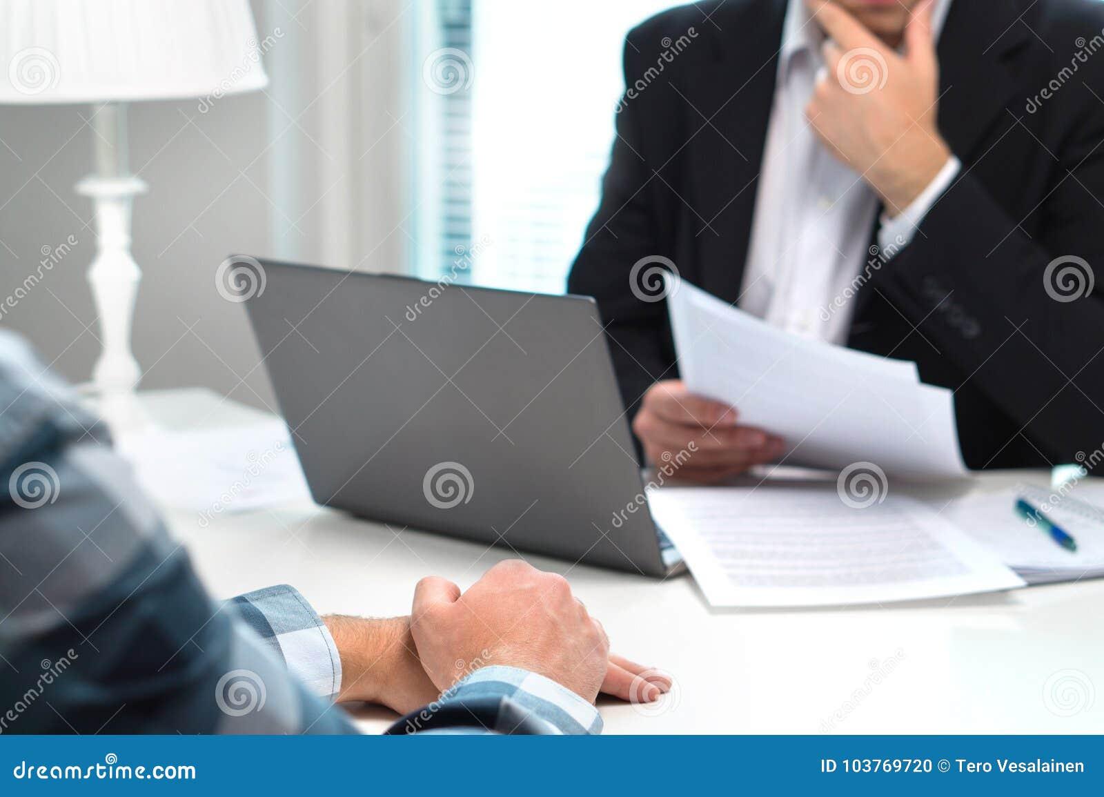 Akcydensowy wywiad lub spotkanie z banka pracownikiem w biurze