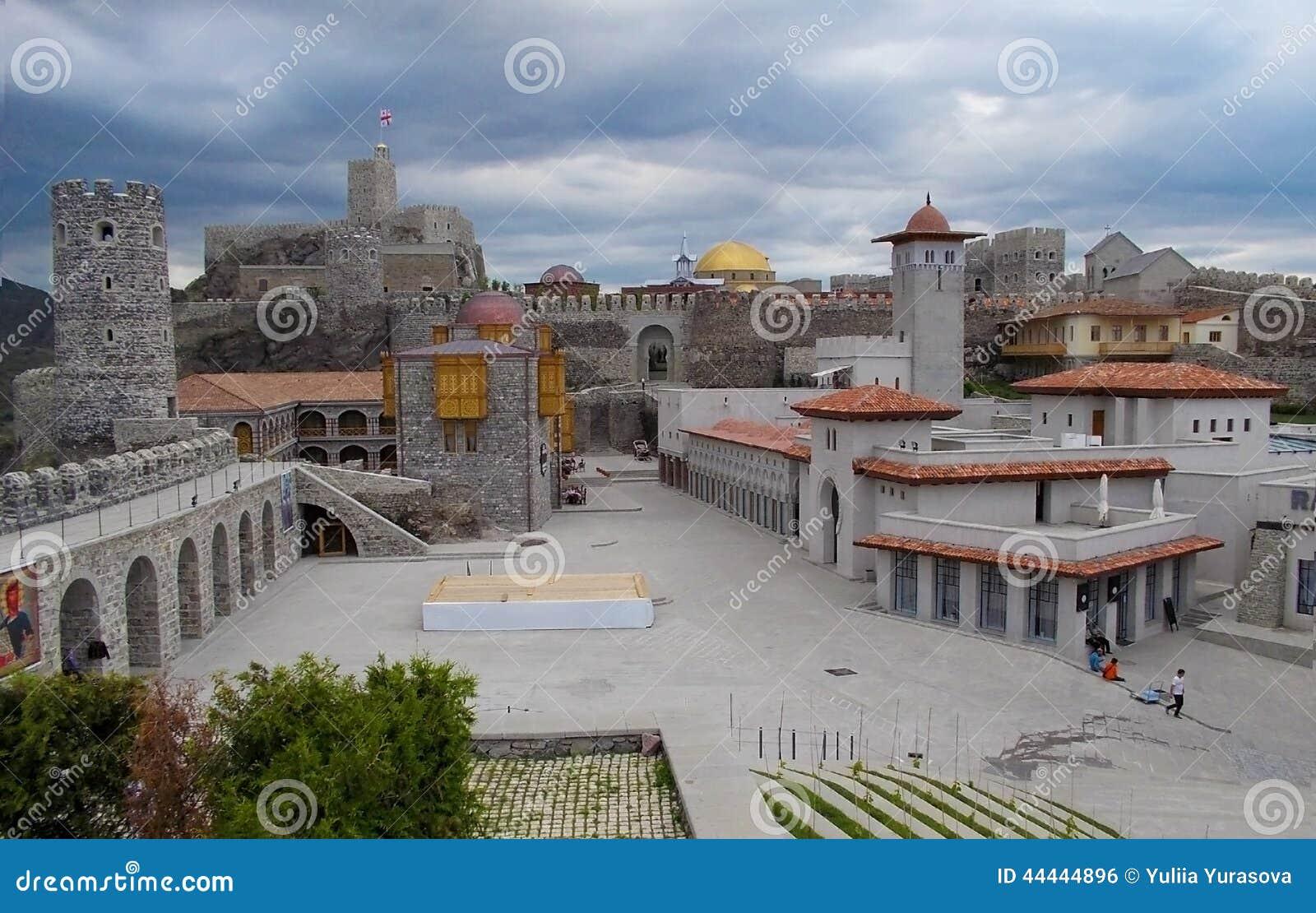 Akhaltsikhe stadfästning i Georgia i en molnig dag