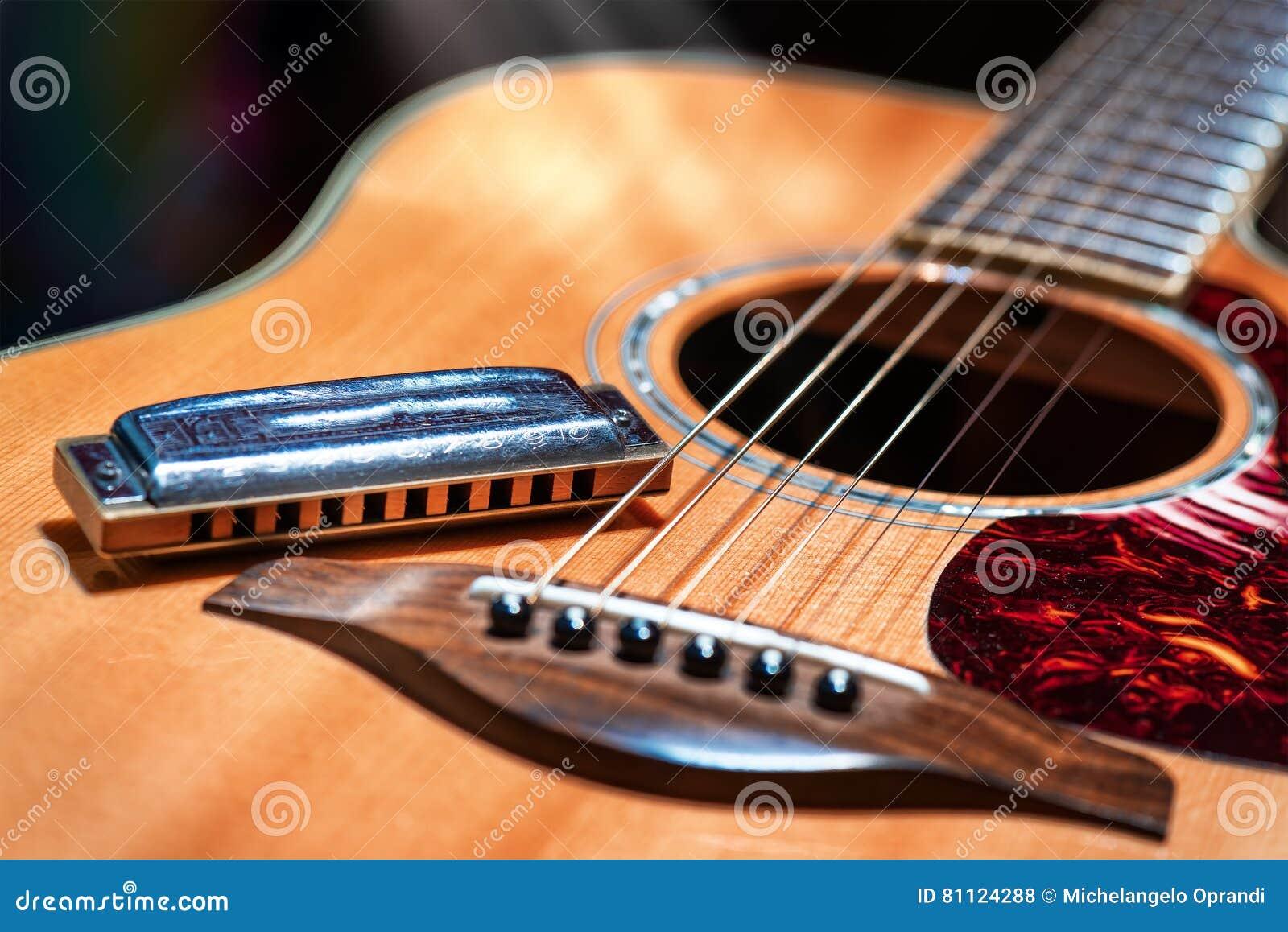 Akoestische gitaar met het land van de blauwharmonika