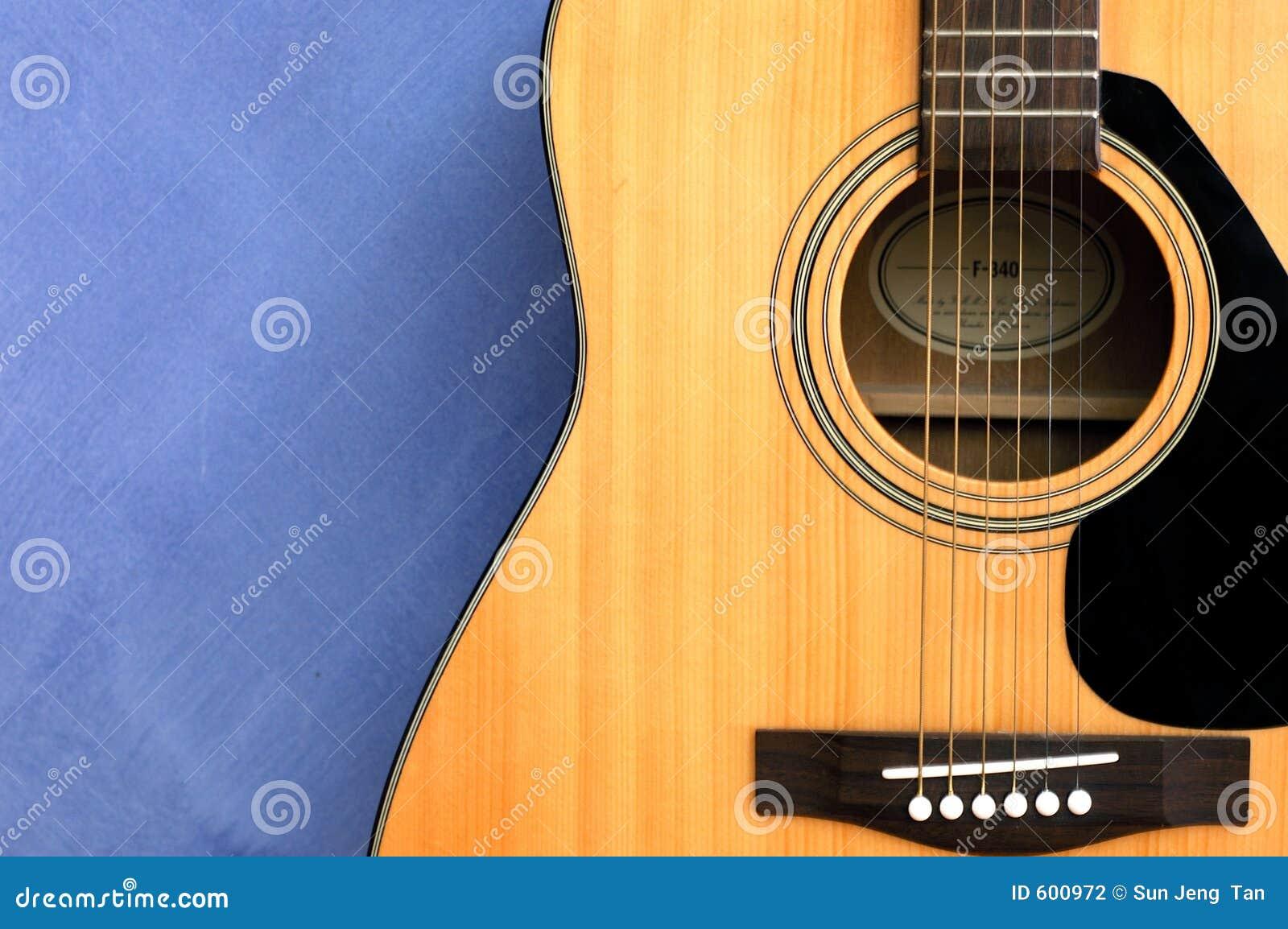 Akoestische gitaar op blauwe achtergrond