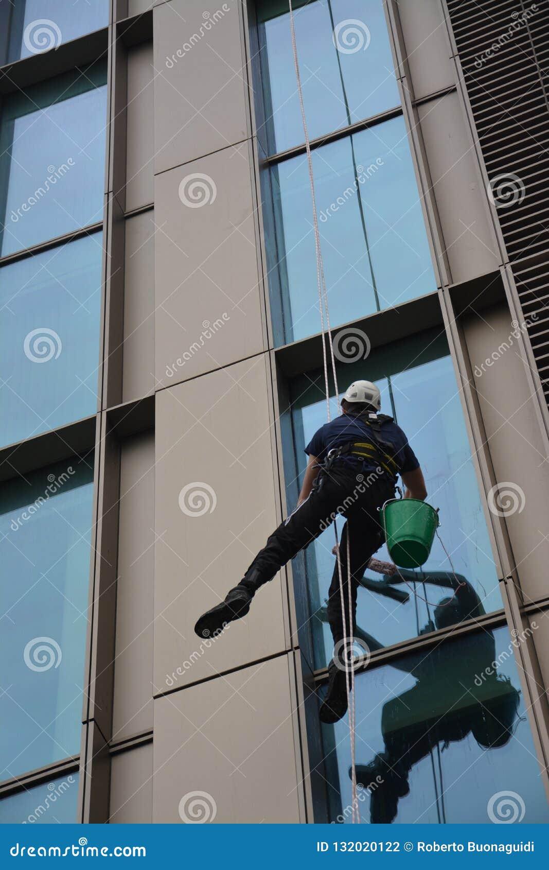Akrobacje dla czyścić okno drapacz chmur