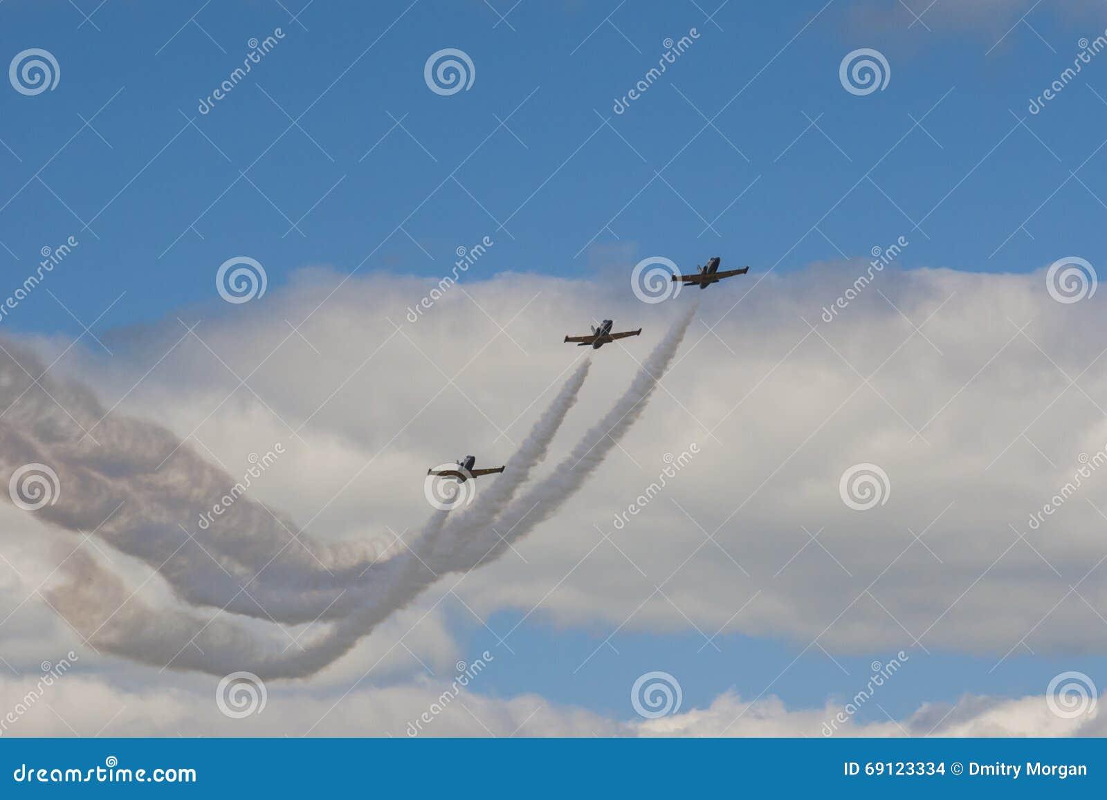 Akrobatische Bremsung planiert RUS von Aero ALCA L-159 auf Luft während des Luftfahrt-Sportereignisses, das dem 80. Jahrestag von
