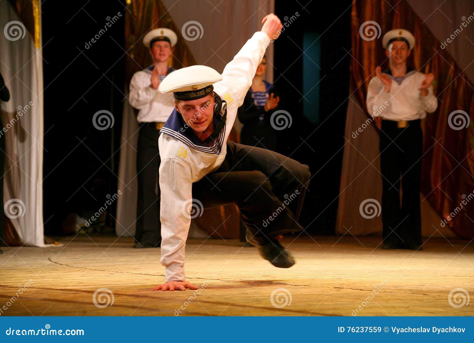 Akrobatisk gammal traditionell nationell rysk sjömandans Yablochko