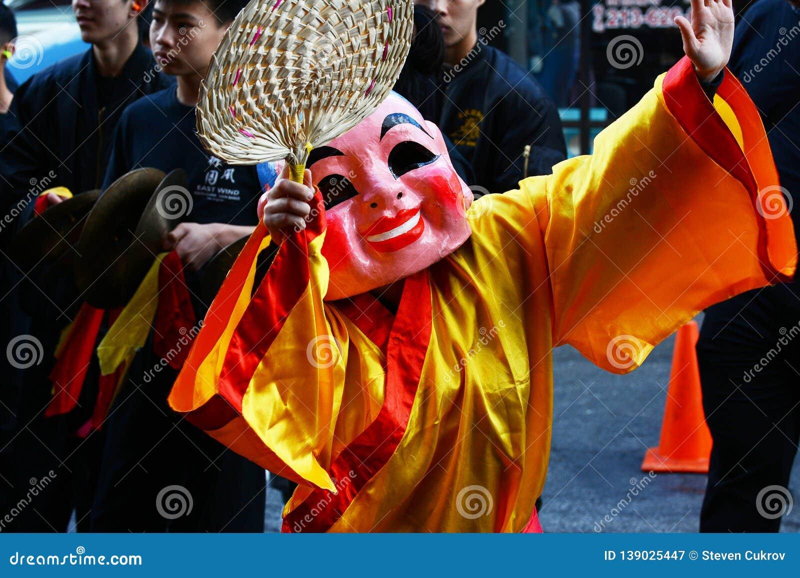 Aktör i dräkt på den guld- Dragon Parade som firar det kinesiska nya året