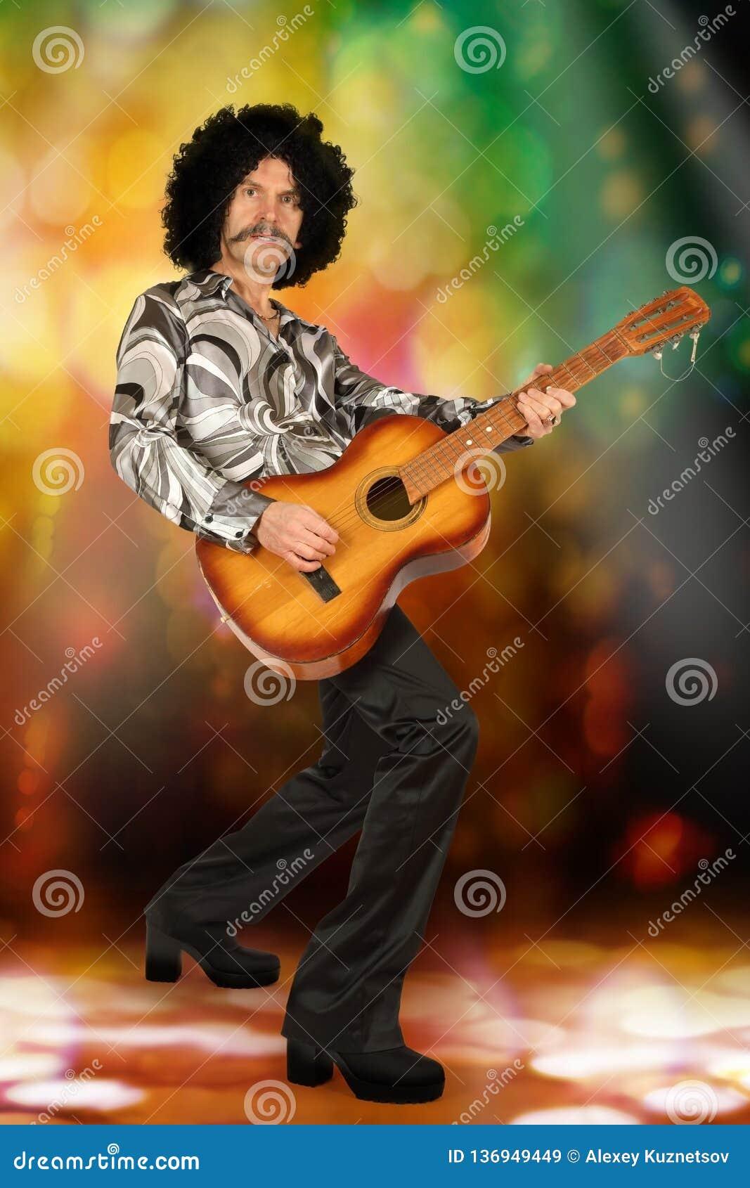 Aktör med gitarren i diskostil
