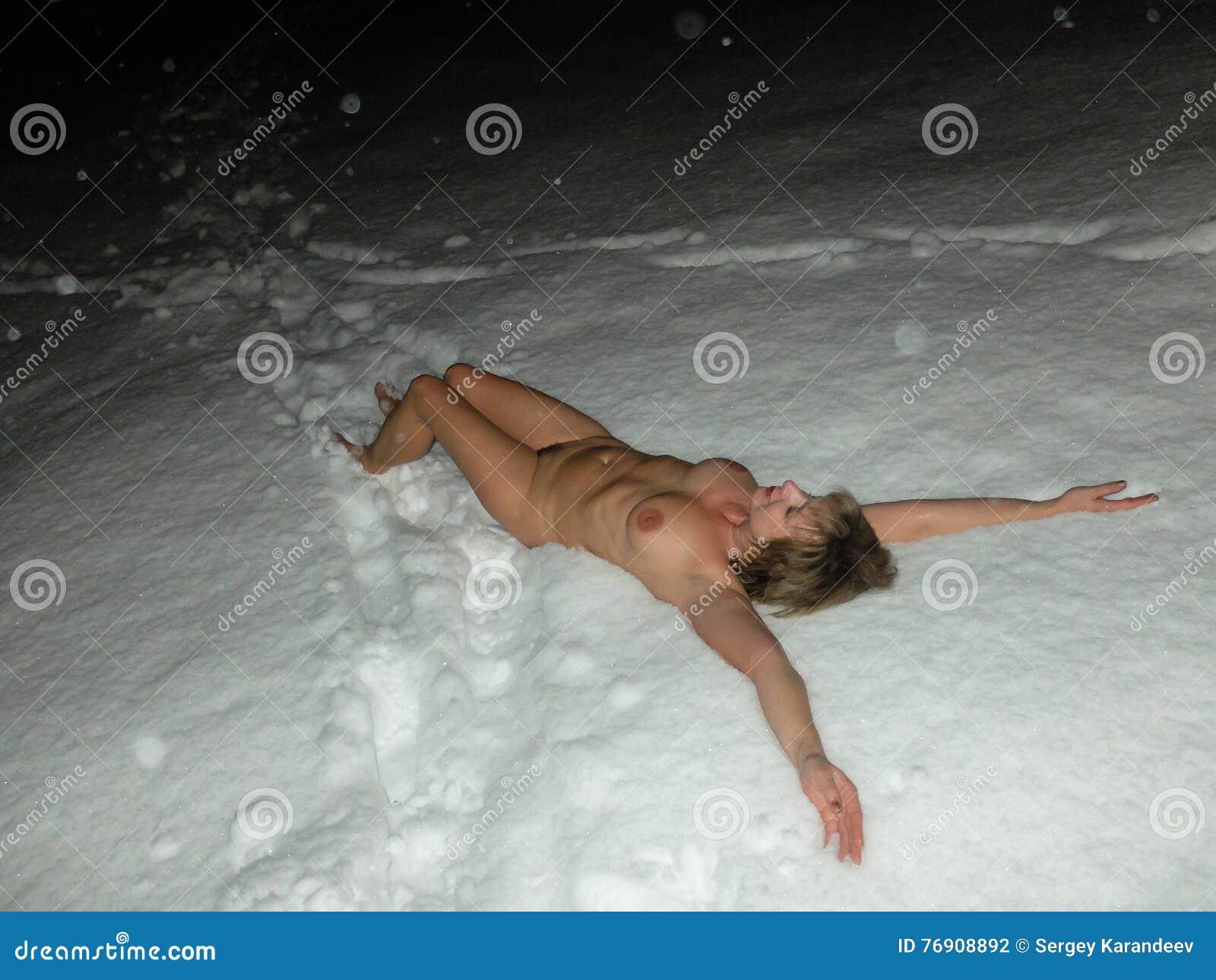 Nackte im schnee