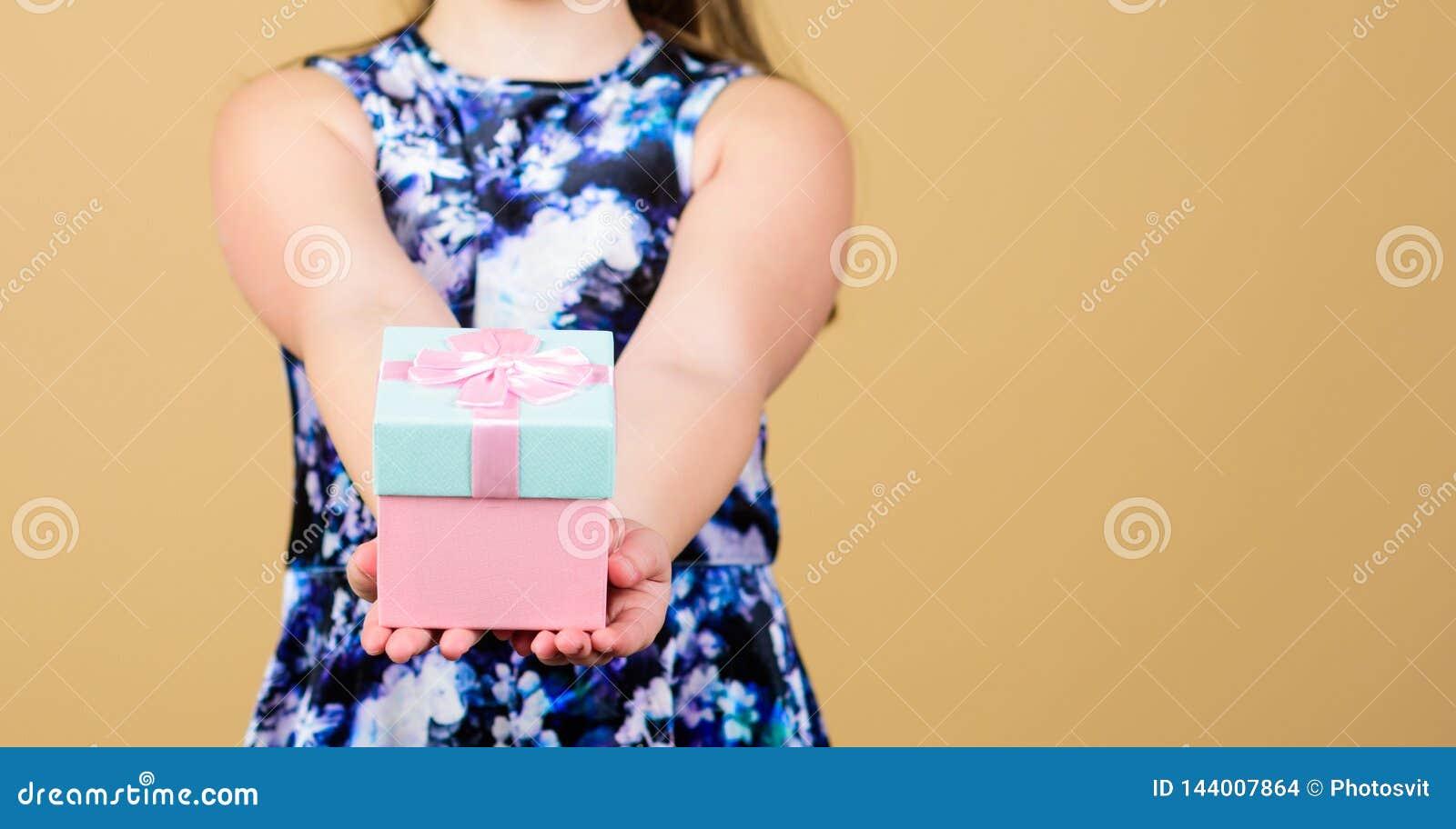 Aktie och generositet Tacka dig så mycket Bakgrund för ask för barnhållgåva beige Förtjust gåva för ungeflicka Förtjusande flicka