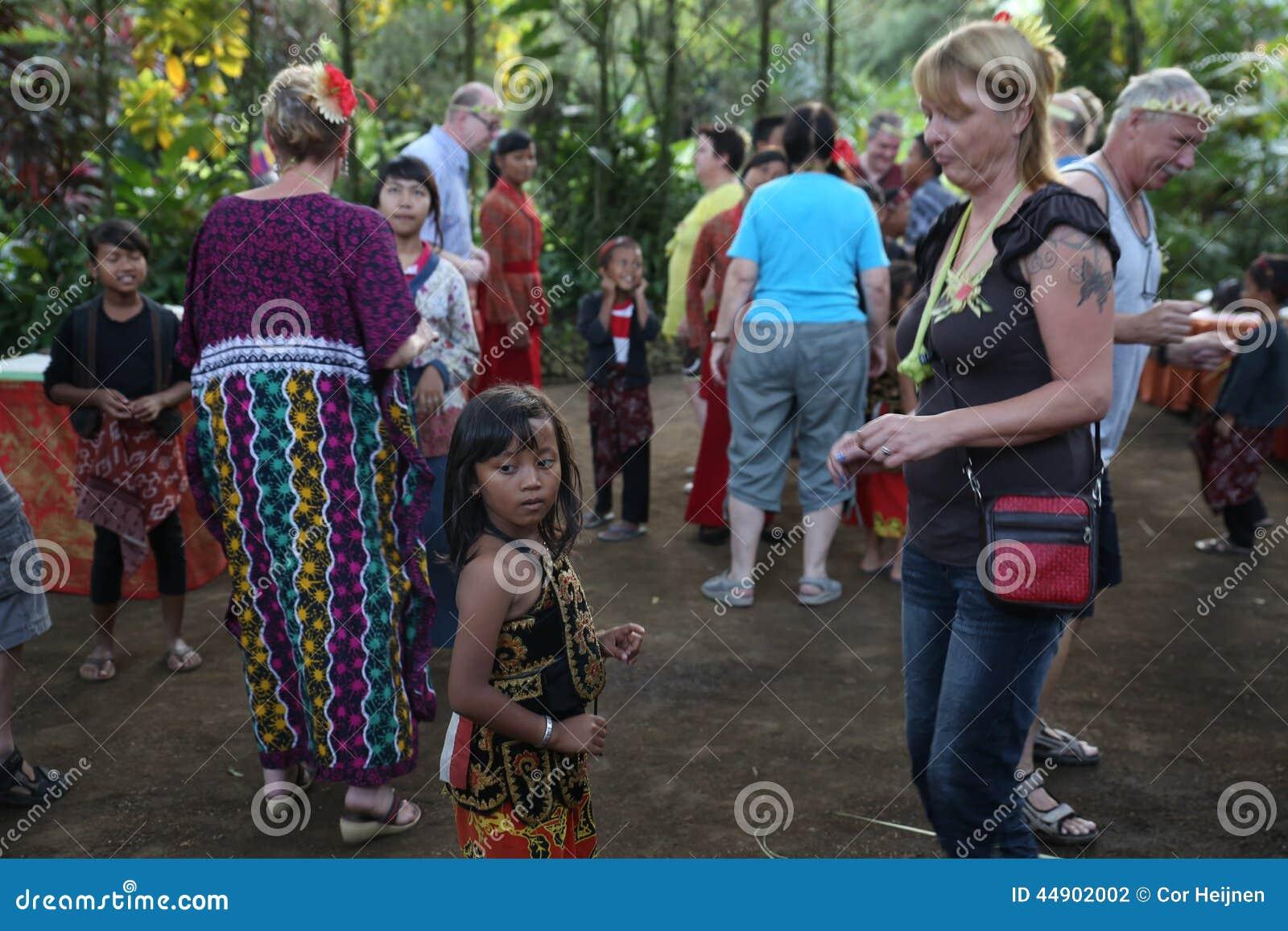 Aktion durch die jungen Waisen einer Kakaos, des Kaffees und der Gewürzplantage am Dorf von Kalibaru in Ost-Java Indonesia