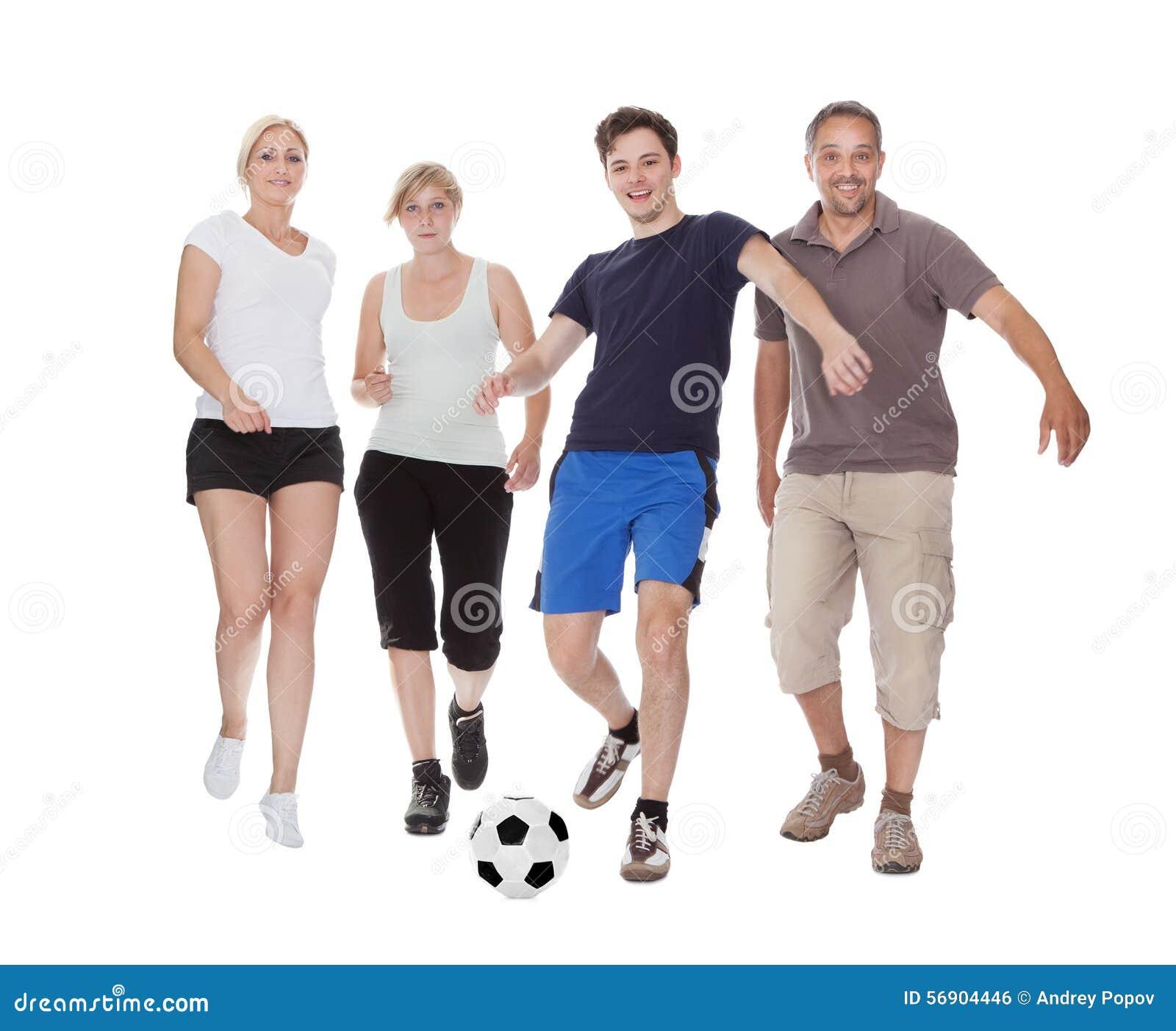 Aktiv familj som spelar fotboll