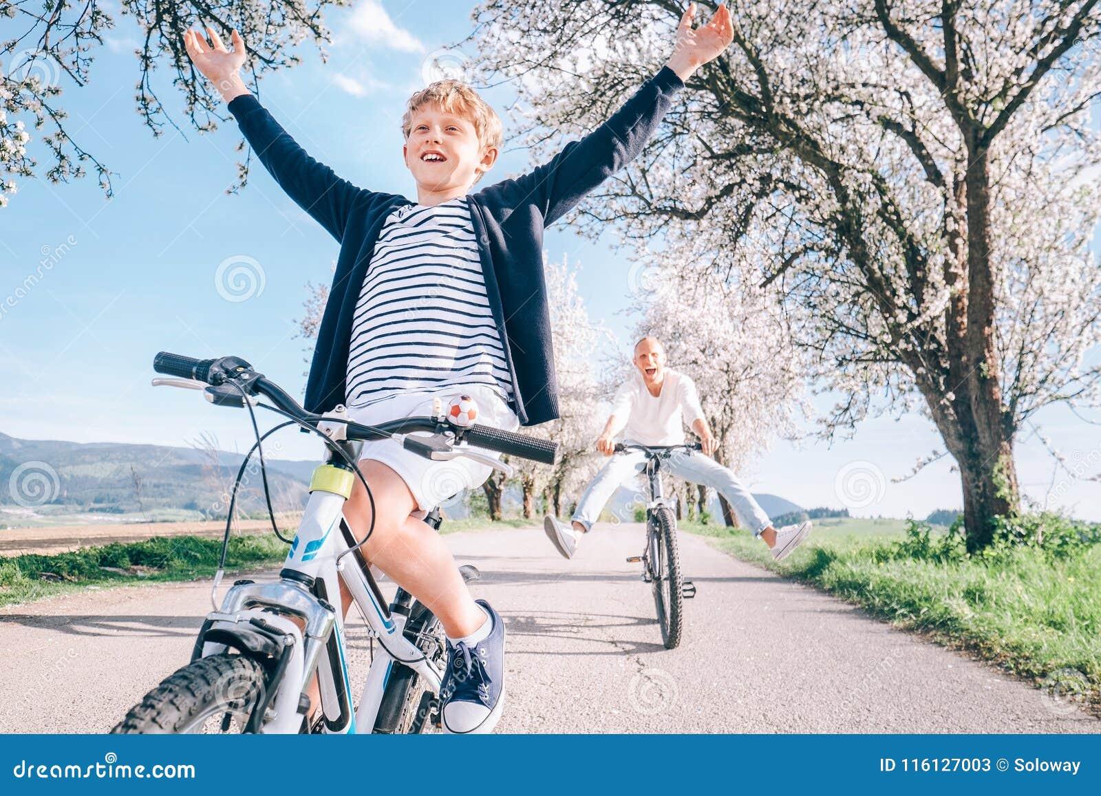 Aktiv fritid för familj - fadern och sonen har en gyckel, när de rider