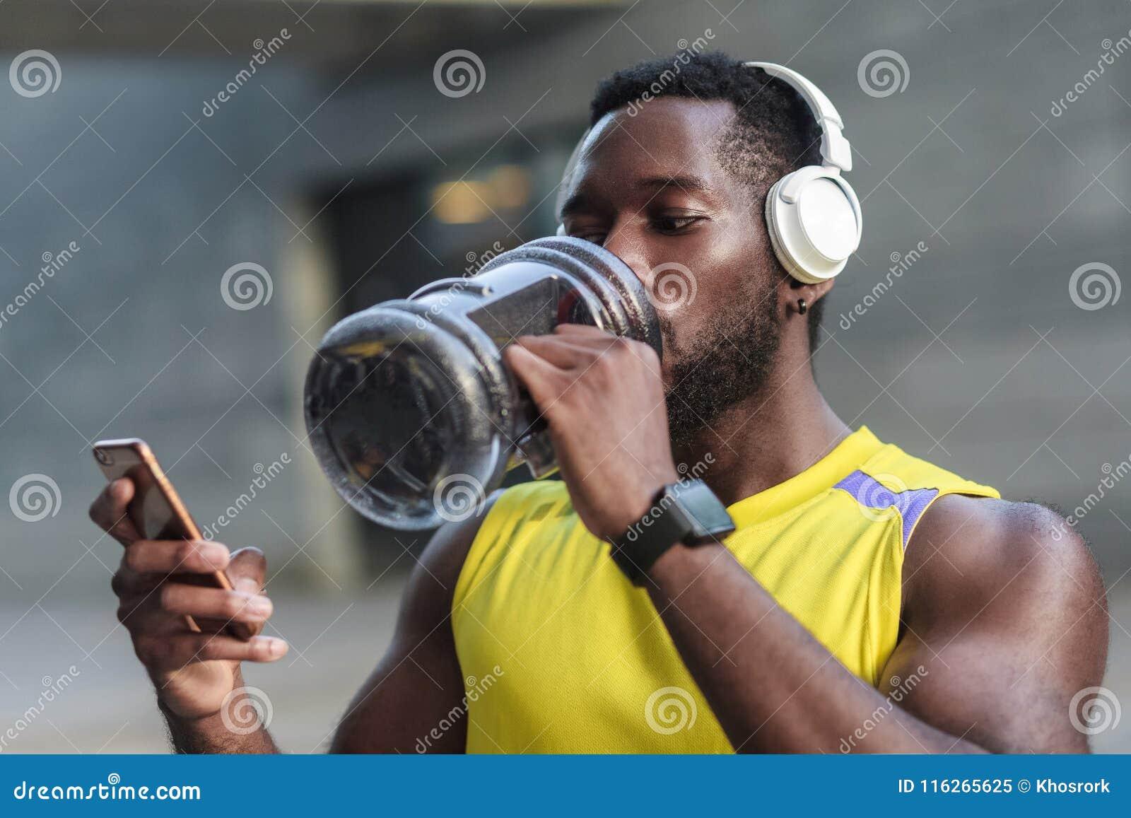 Aktiv livsstil Starkt afrikanskt mandricksvatten efter hård w