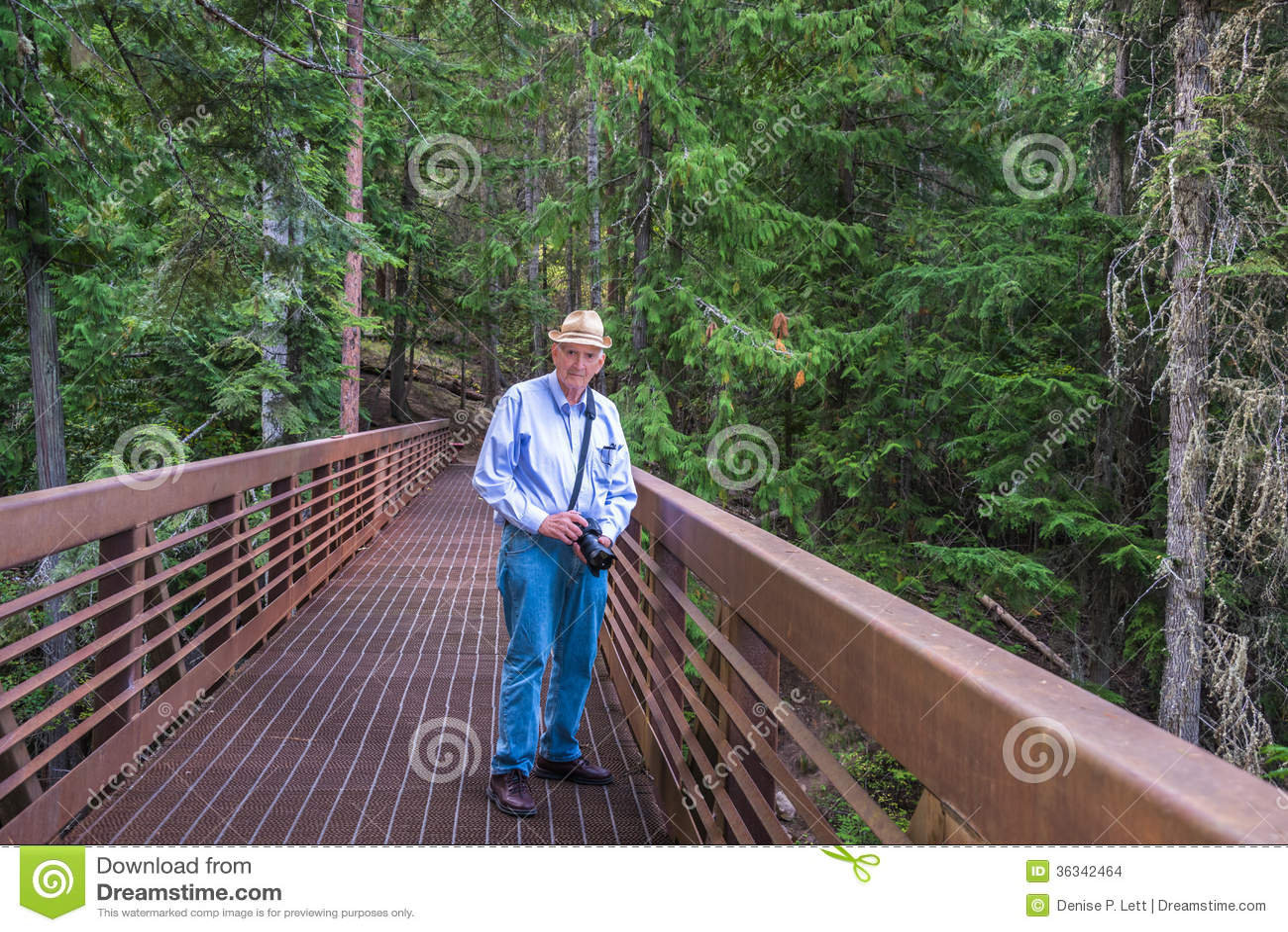 Aktiv pensionär som utomhus fotvandrar