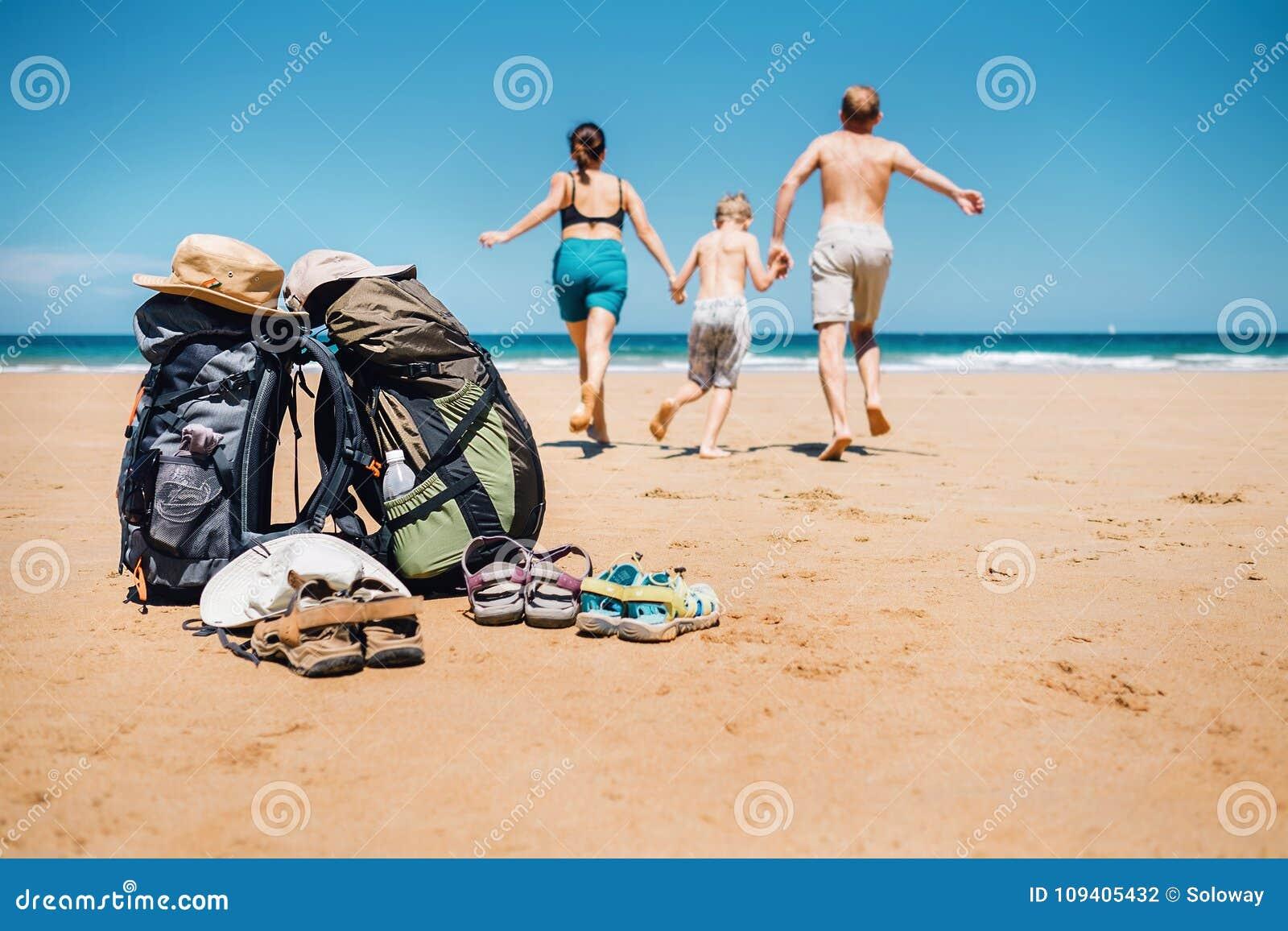 Aktiv semesterbegreppsbild Körning t för fotvandrarehandelsresandefamilj