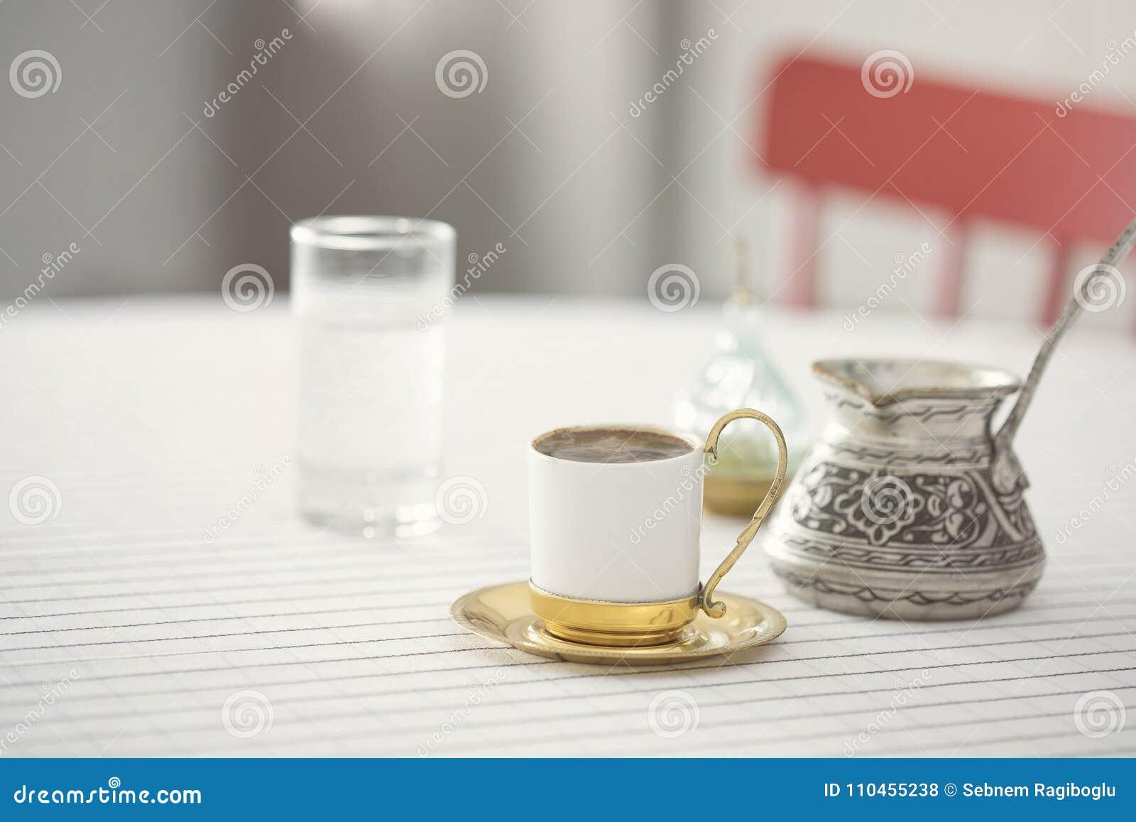 Aktivering för turkiskt kaffe på köksbordet