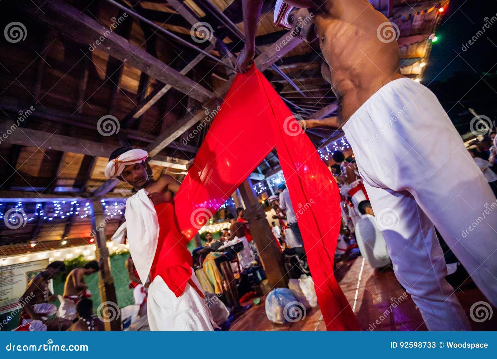 Aktorzy ubierają up dla Kandy Esala Perahera