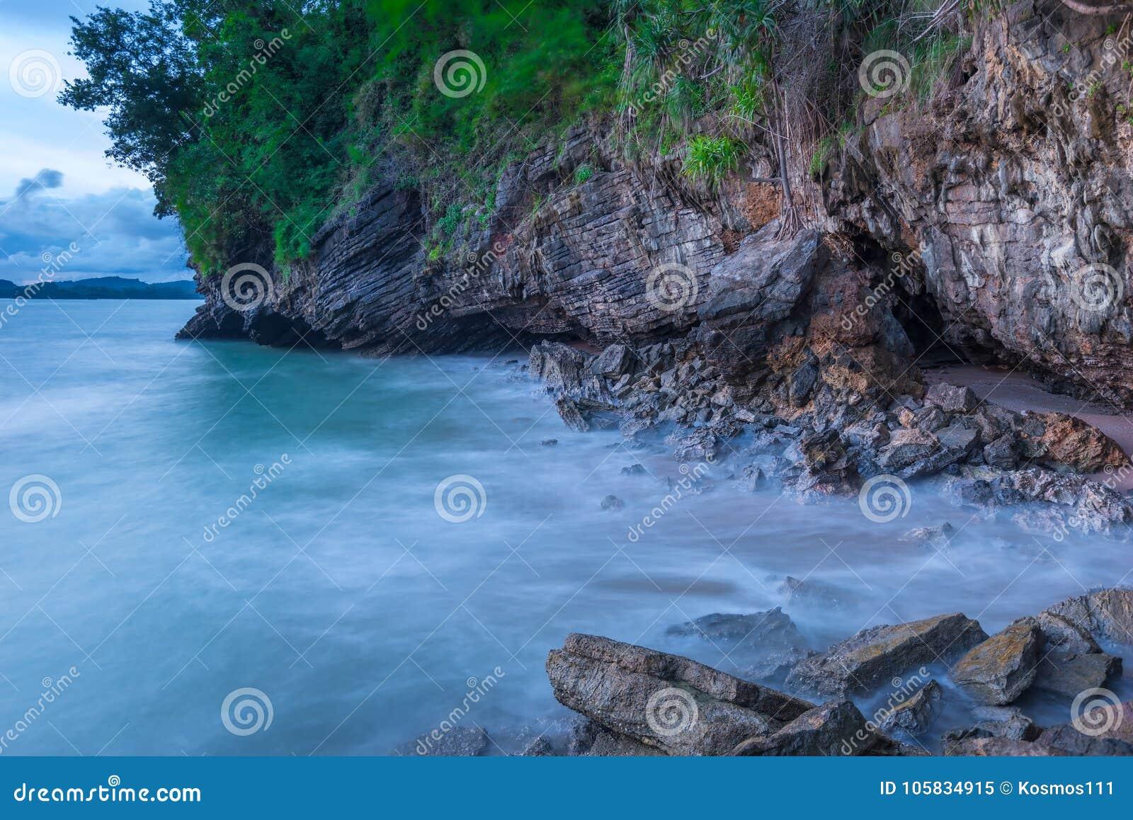 Aktuellt havsvatten på lång exponering på solnedgången
