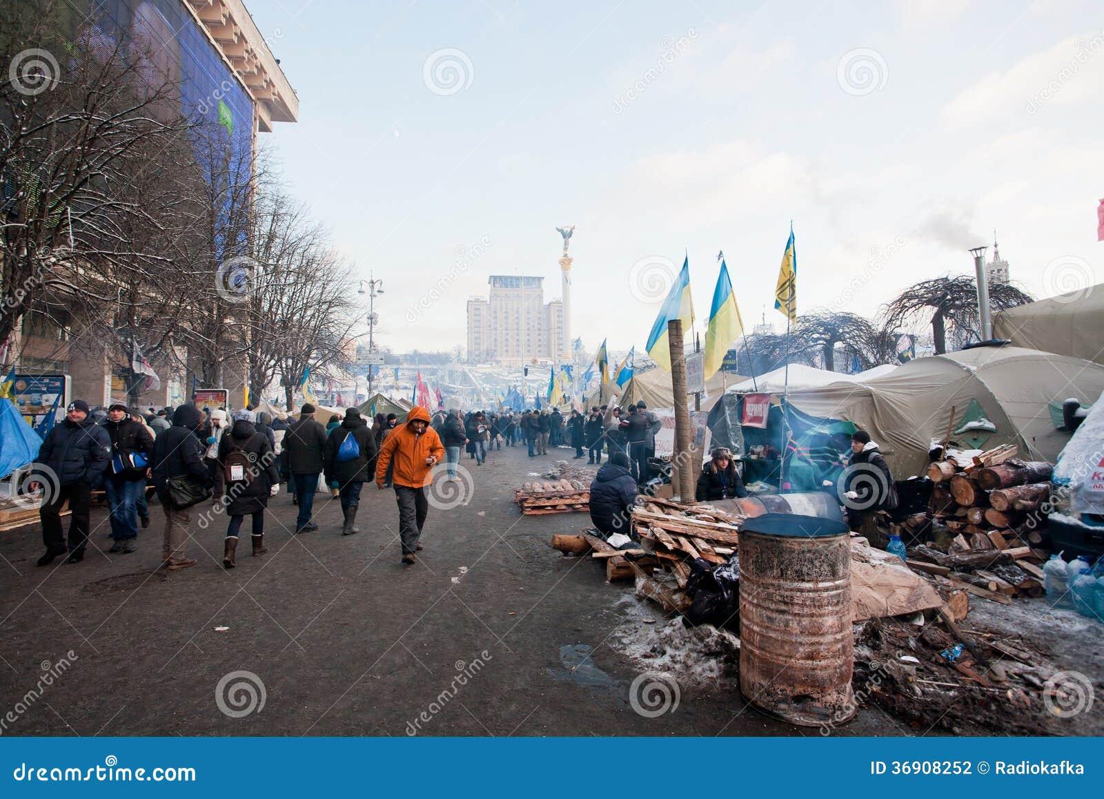 Aktywiści chodzą wokoło barykad i obozu na głównym placu kapitał podczas antyrządowego protestacyjnego Euromaidan w Kijów