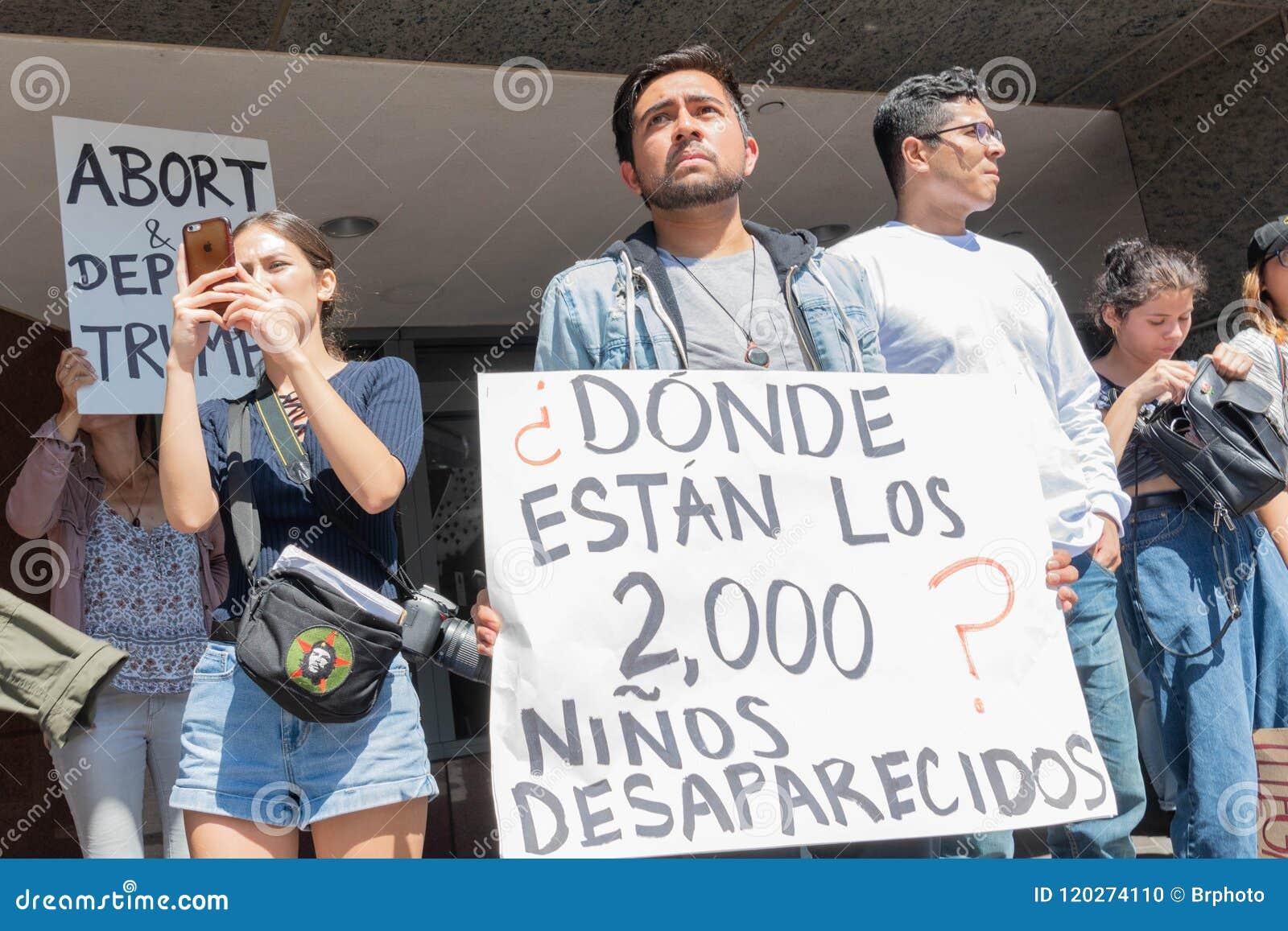 Aktywista trzyma znaka podczas rodzin Należy Wpólnie mąci