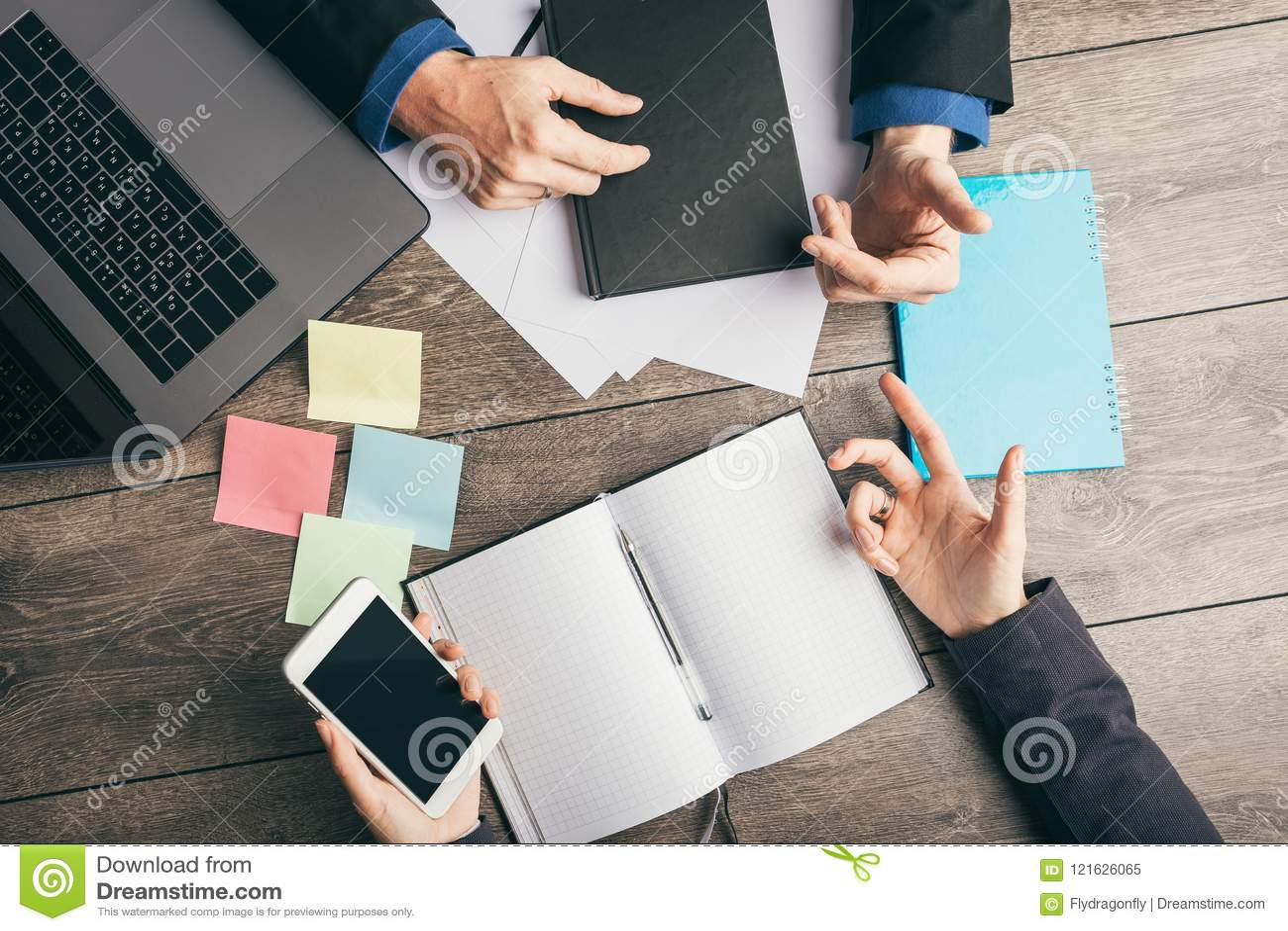 Aktywna dyskusja rozwój biznesu strategia biznes Analityka i planowanie Odgórnego widoku pracującego miejsca biurko