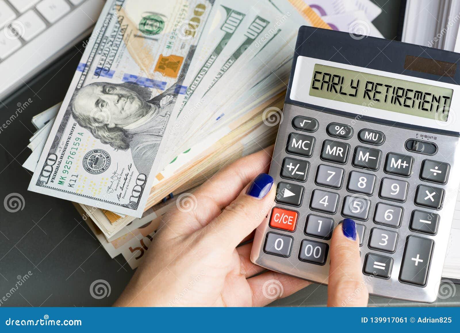 Aktywnej kobiety planistyczna wcześniejsza emerytura z kalkulatorską maszyną i jej oszczędzania dla emerytury