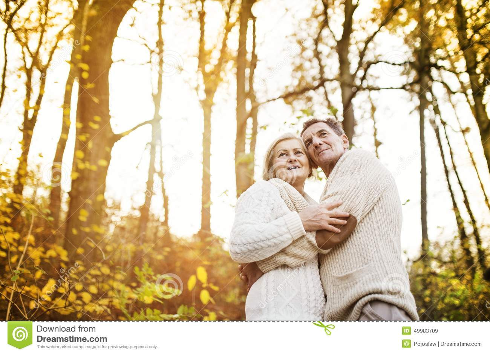 Aktywni seniory bierze spacer w naturze