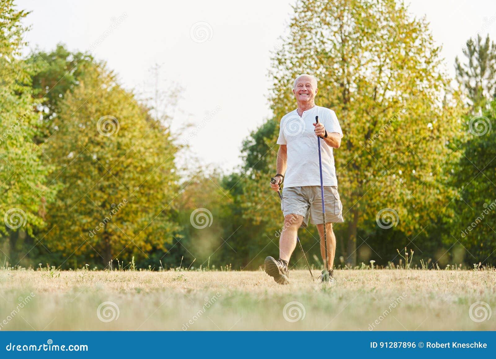 Aktywny starszy mężczyzna podczas heatlhy północnego spaceru