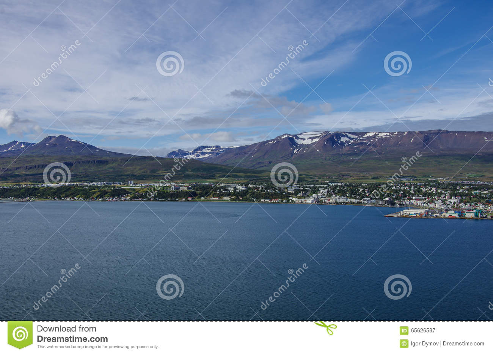 Akureyri a regardé du rivage oriental d Eyjafjordur en Islande