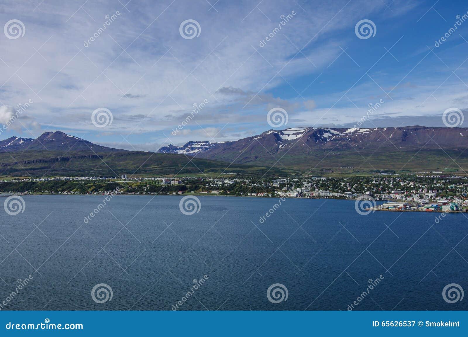 Akureyri van de oostelijke kust van Eyjafjordur in IJsland wordt bekeken dat
