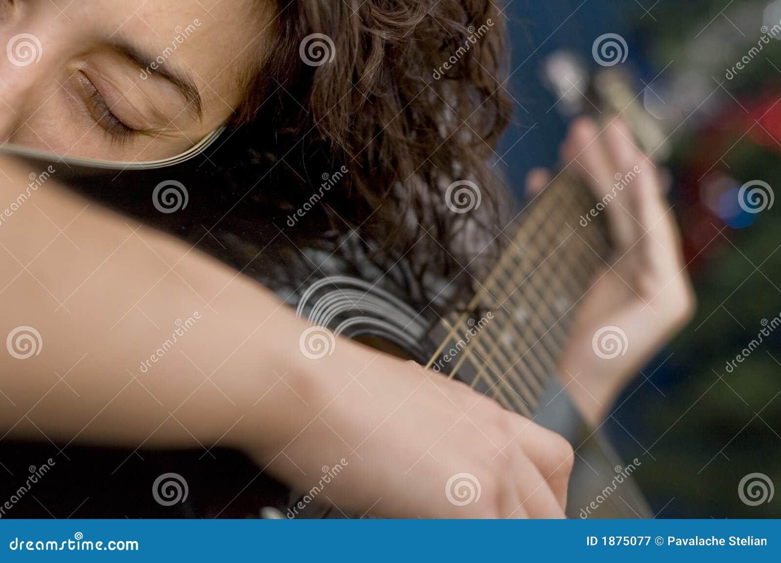 Akustikgitarre-Mädchen