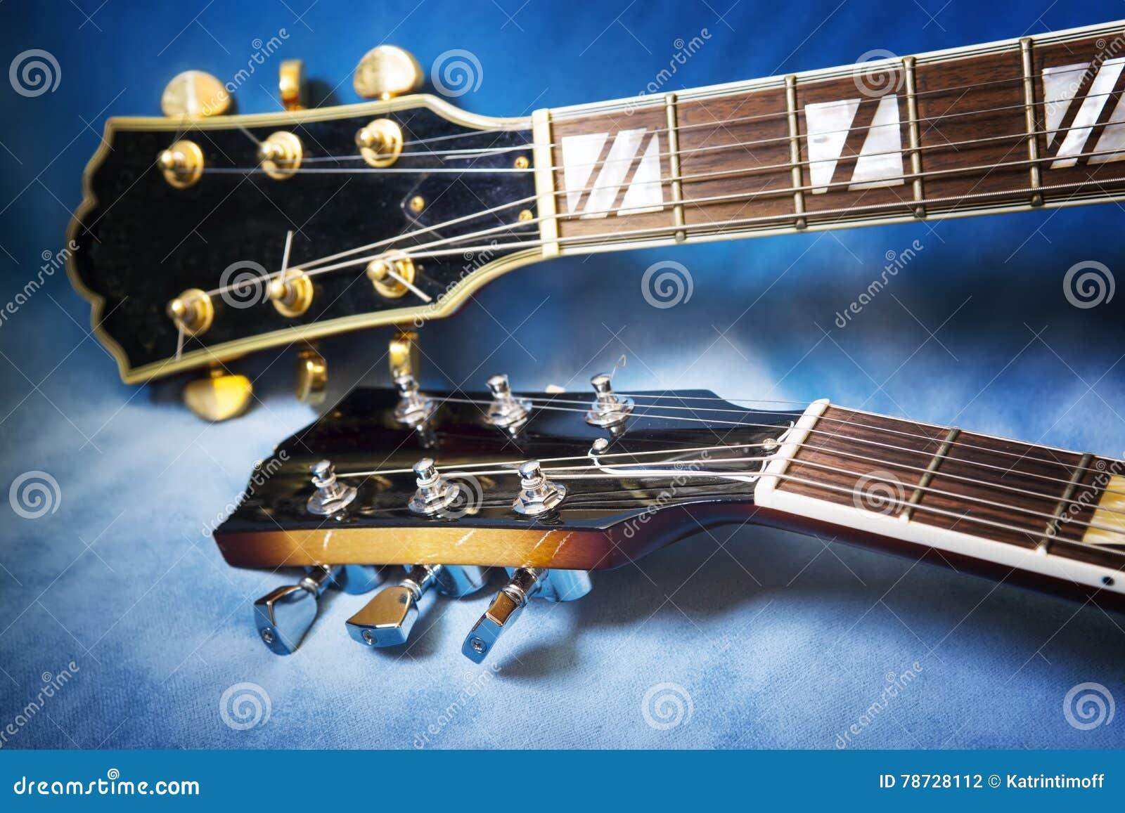 Akustiska gitarrer i blå bakgrund