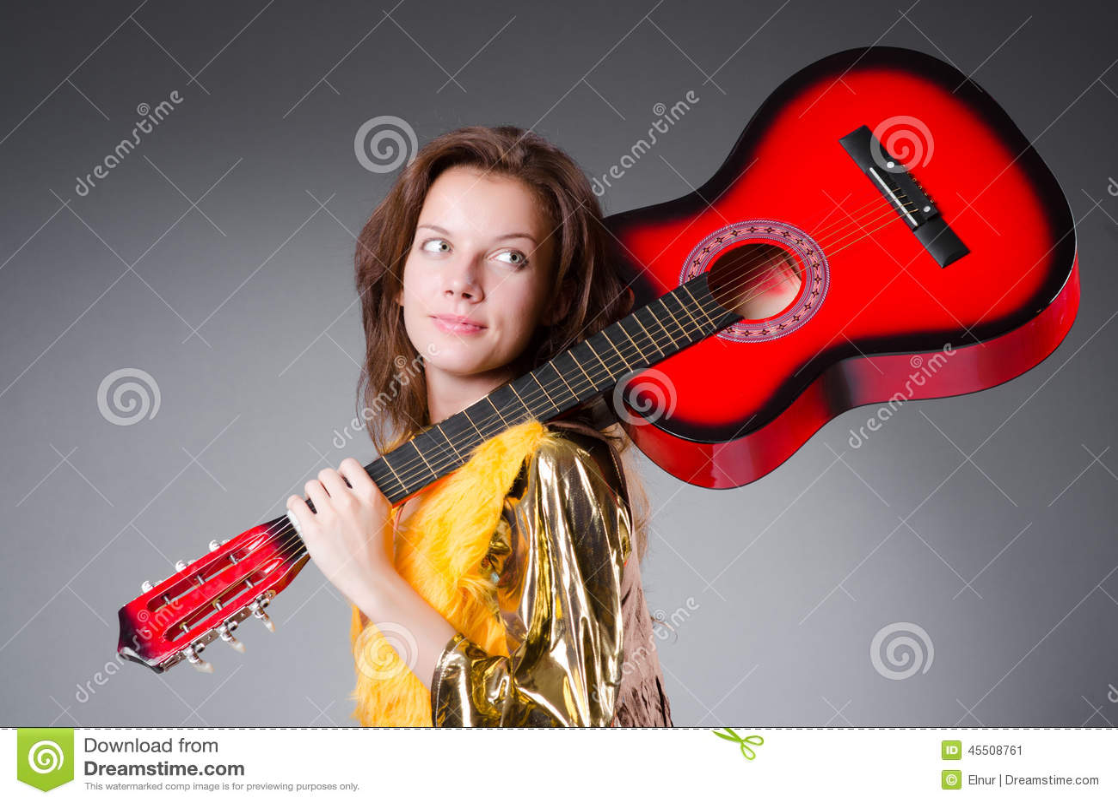Akustyczny szczegółów gitary gitarzysta wręcza instrumant muzykalny wykonawcy gracza bawić się