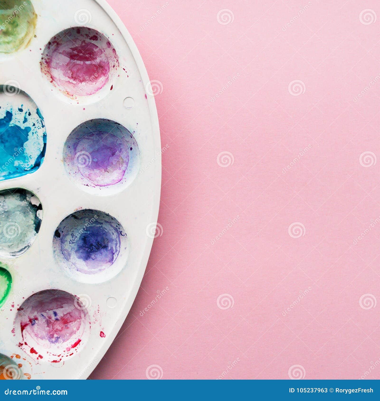 Akwareli paleta na jasnoróżowym pastelowym tle Miejsce dla projekta, teksta, etc twój,