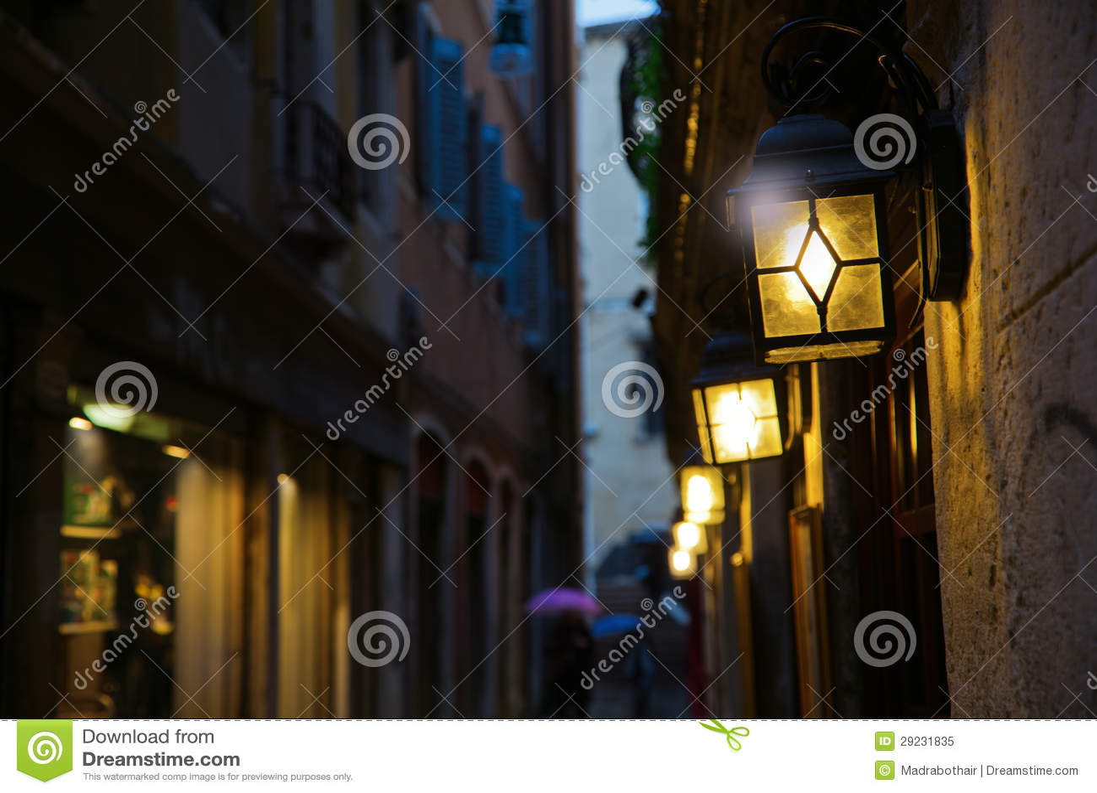 Download Aléia Escura Em Veneza Com Luzes Da Lanterna Imagem de Stock - Imagem de veneza, antique: 29231835