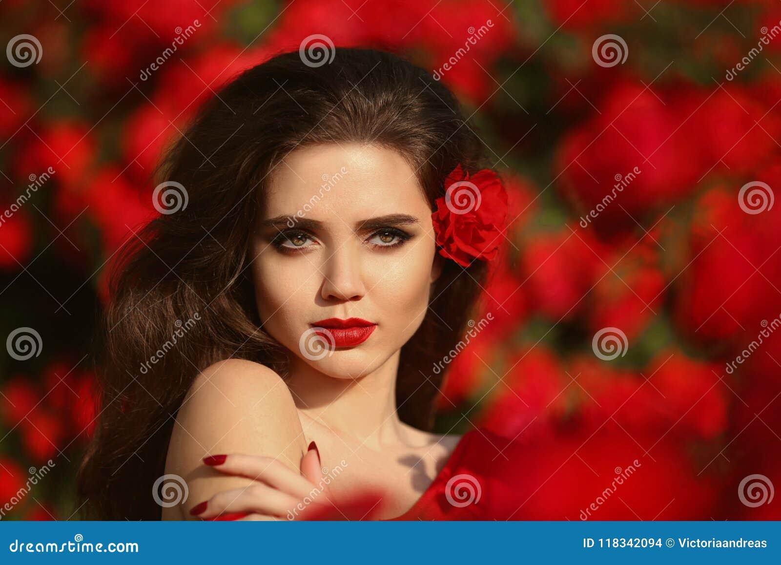 Al aire libre retrato de la mujer natural de la belleza en rosas rojas Sensual