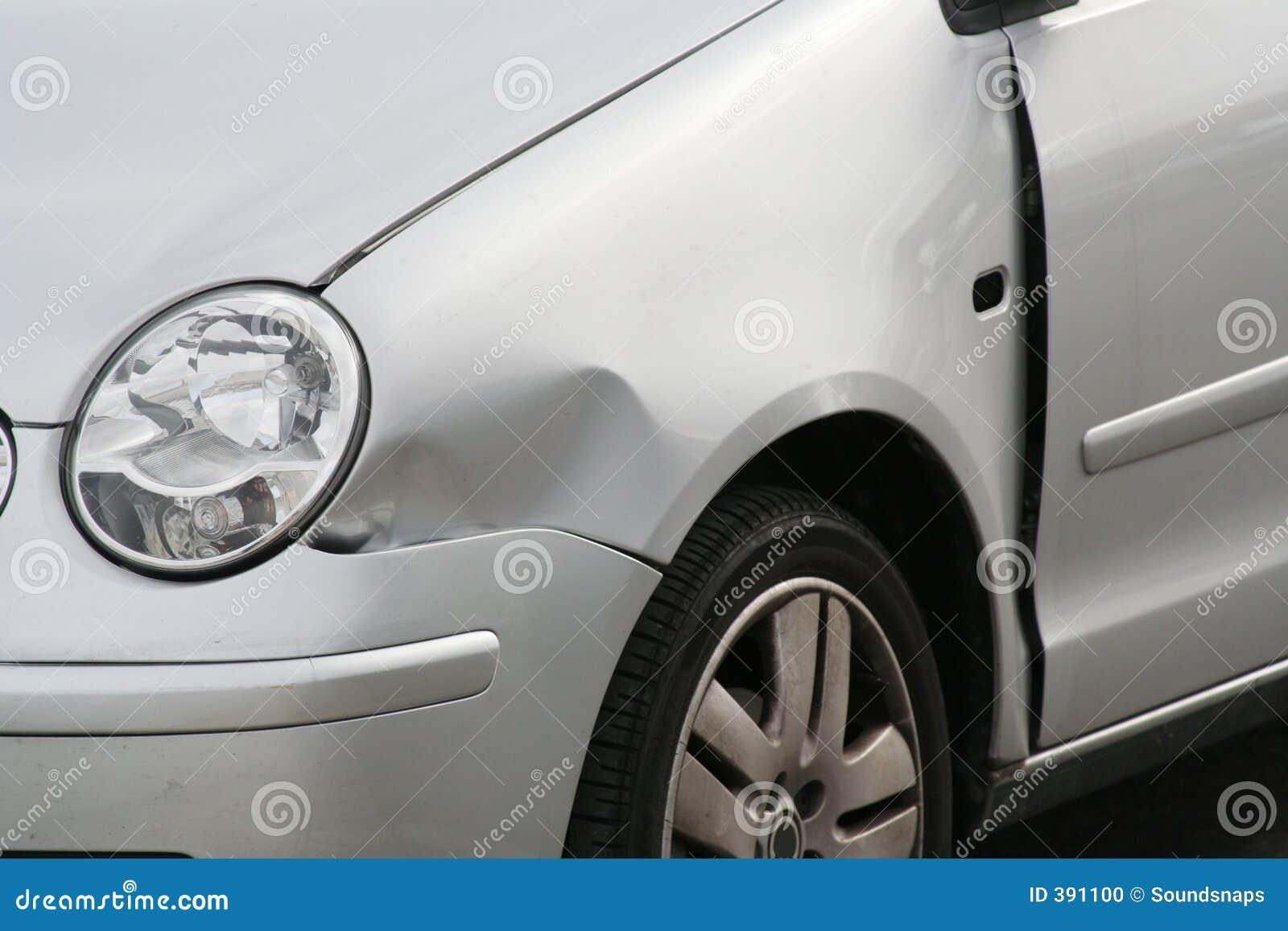 Ala abollada del frente del coche