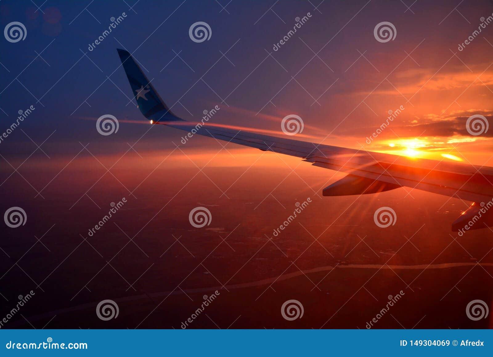 Ala de aviones, puesta del sol hermosa