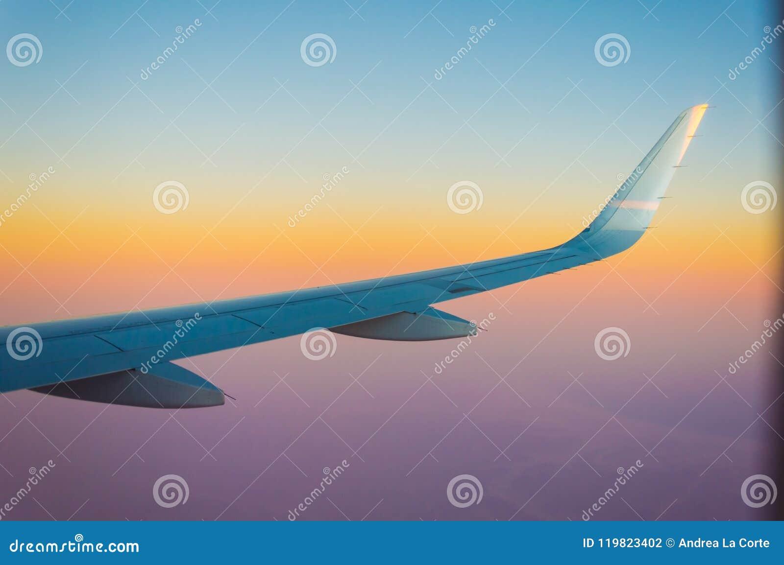 Ala del aeroplano durante una puesta del sol increíble