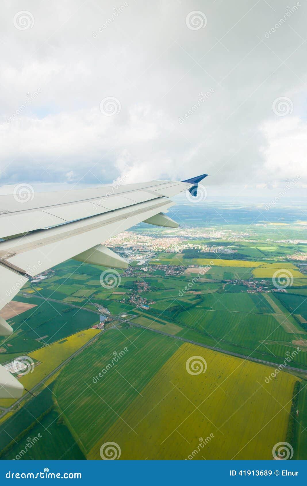 Ala del aeroplano hacia fuera