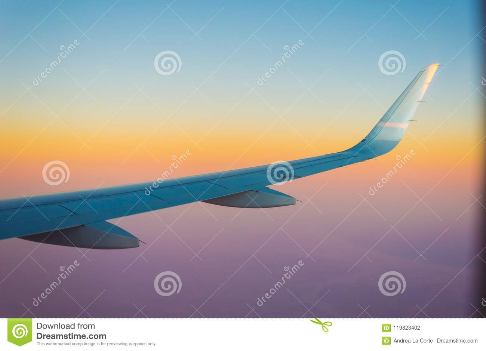 Ala dell aeroplano durante il tramonto incredibile