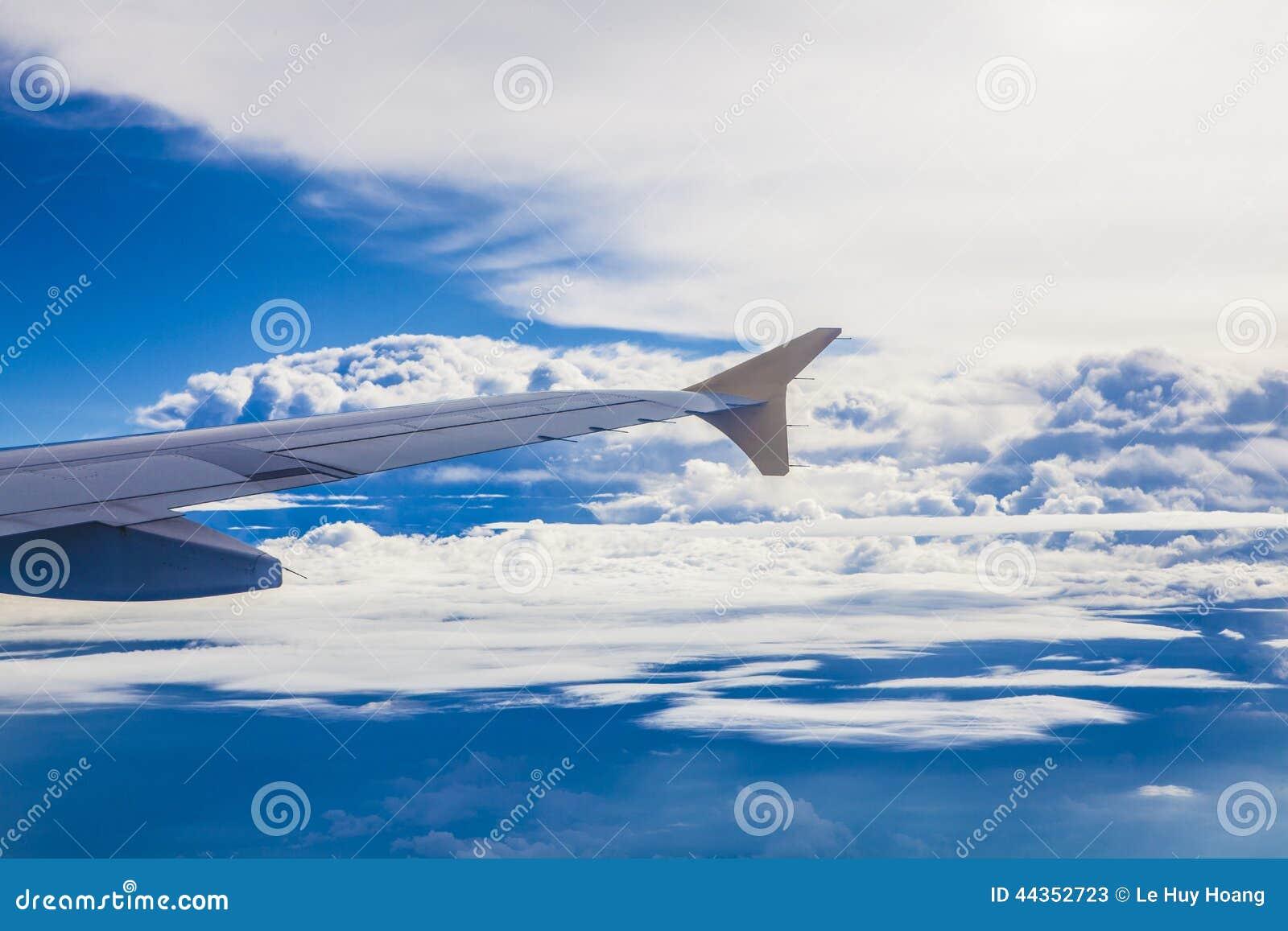Ala di aereo su cielo blu