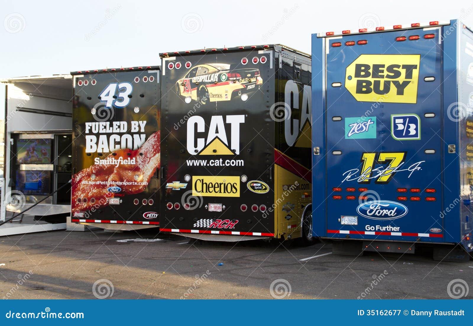 Alador do carro de NASCAR no canal adutor do International de Phoenix