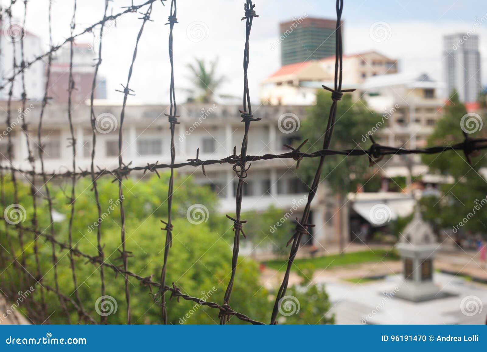 Alambre de púas en el edificio conmemorativo del museo de la prisión en el cierre de Camboya